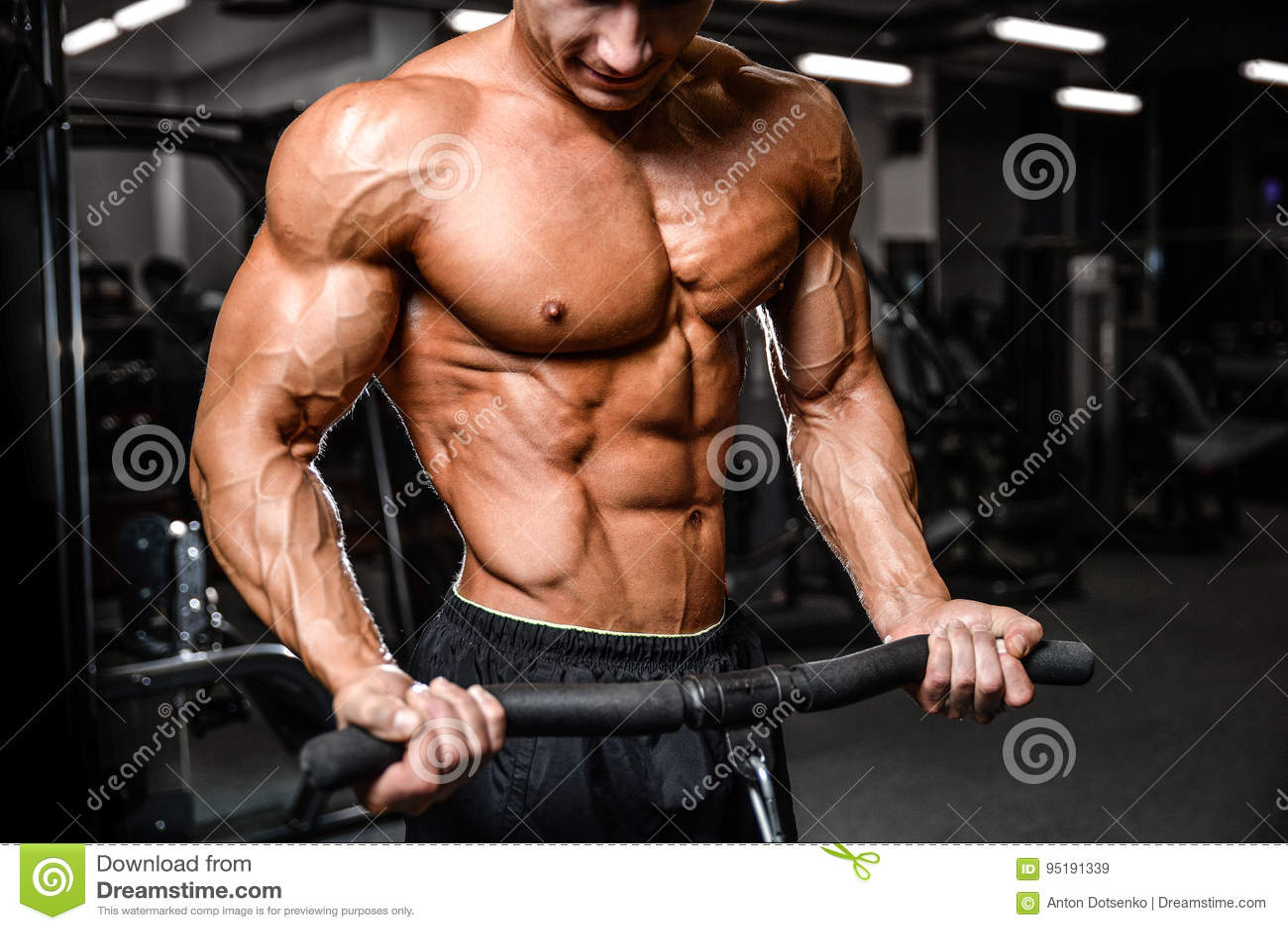 Caucasian sexig konditionmodell i idrottshallslut upp abs