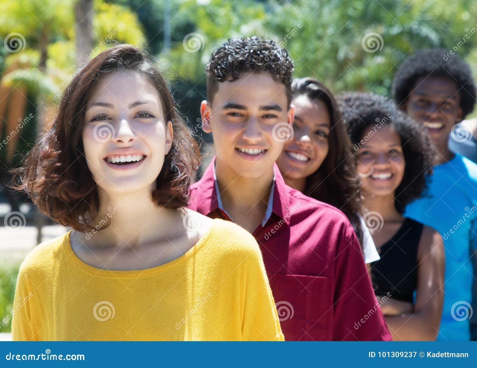 Caucasien et latin et afro-américain et jeune adul hispanique