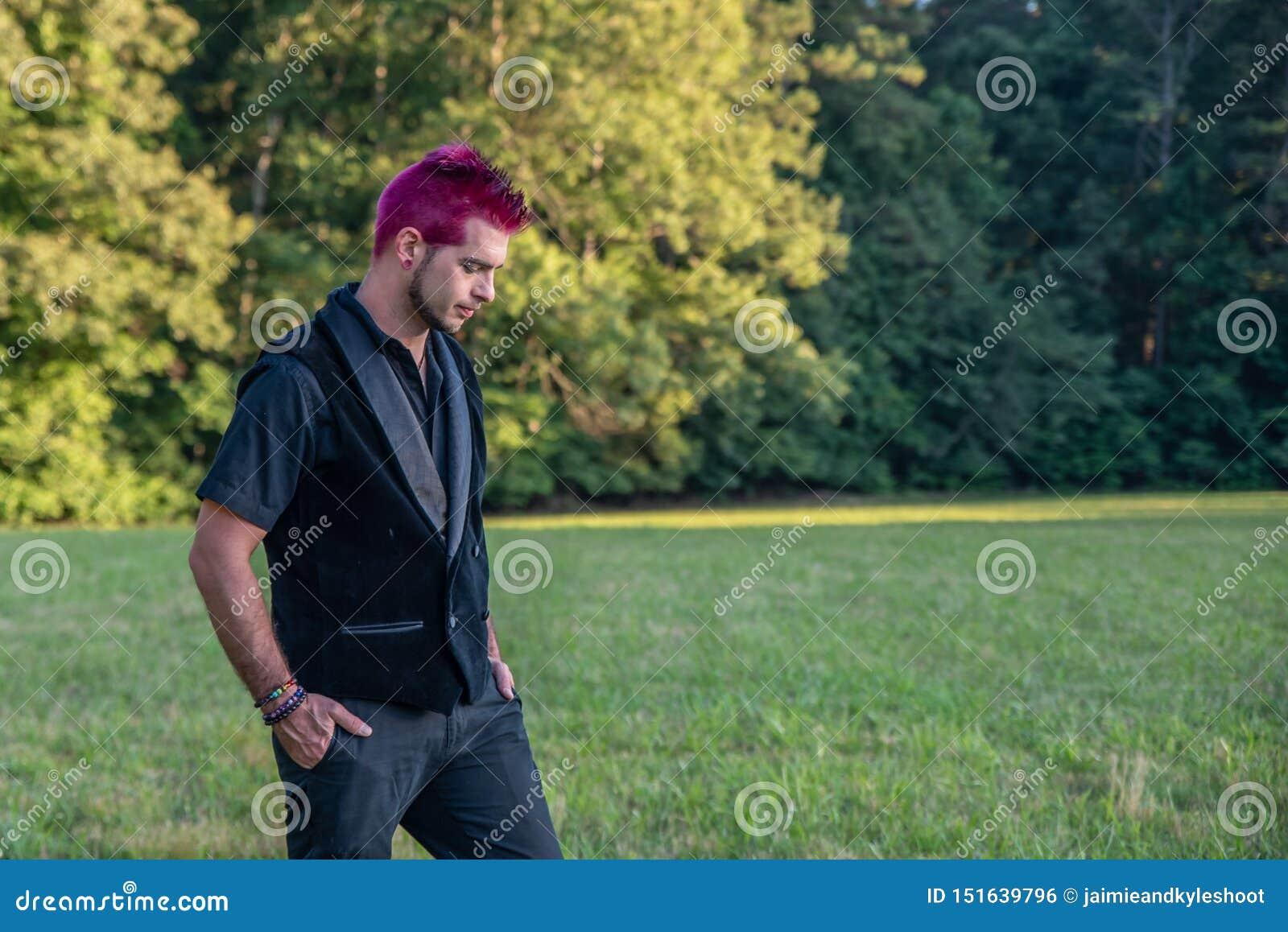 Caucasien masculin blanc divers avec les cheveux roses spkiy regardant vers le bas la terre