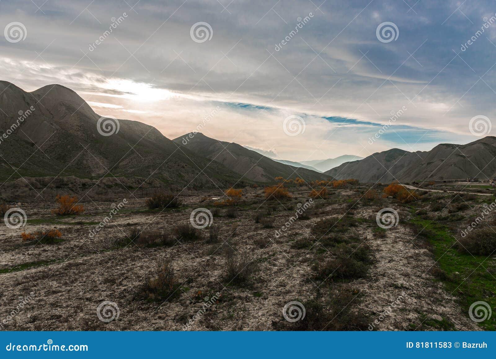 Caucasus заволакивает ushba неба гор горы ландшафта shurovky