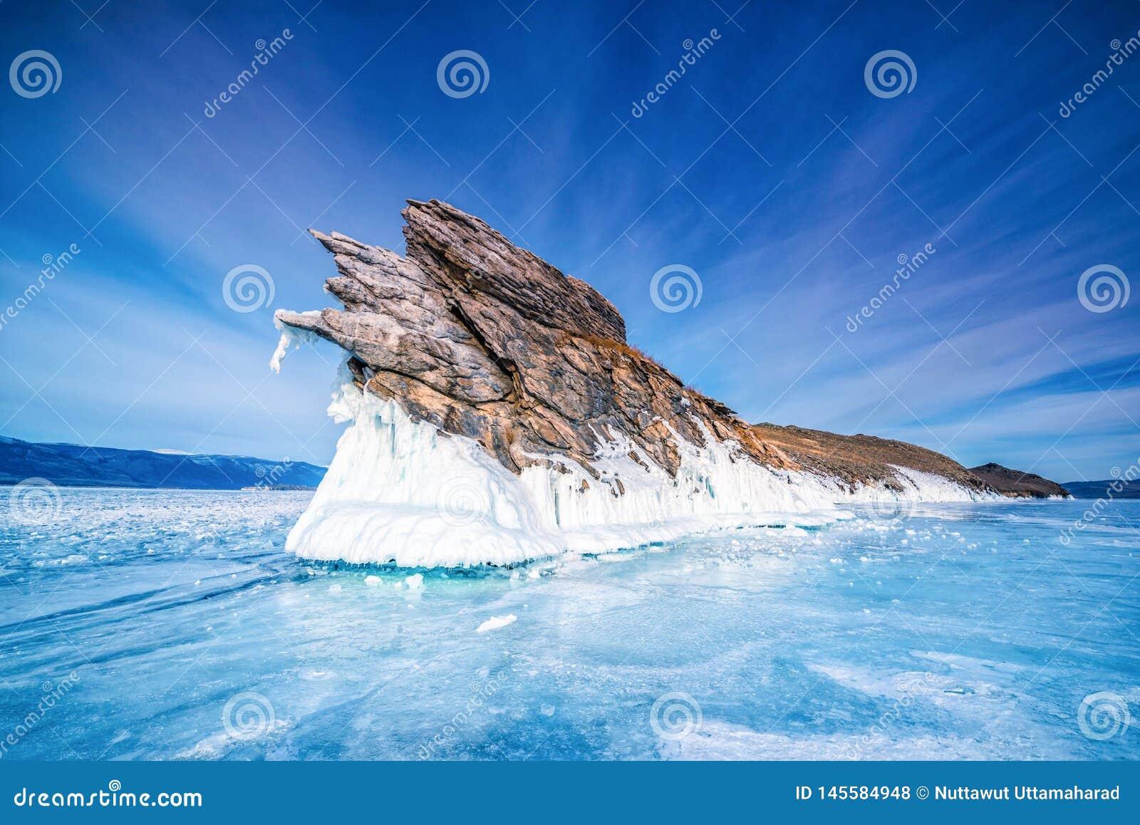 Cauda da ilha de Ogoi com gelo de quebra natural na água congelada no Lago Baikal, Sibéria, Rússia