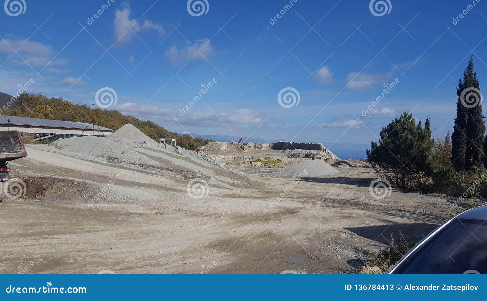 Cava nelle montagne per l estrazione e l elaborazione della pietra
