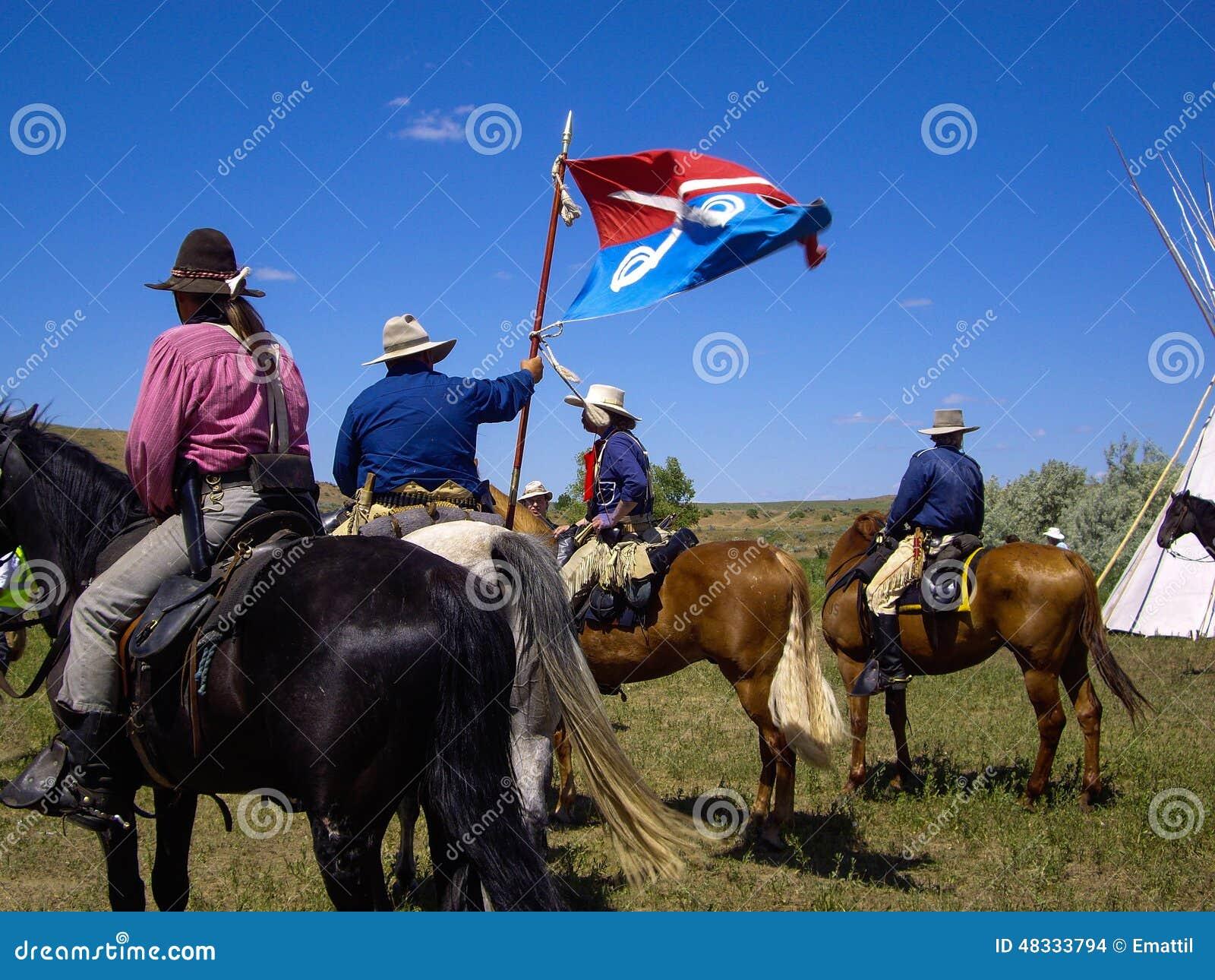 A cavalaria dos E.U. 7os embandeira na batalha do reenactment do Little Bighorn
