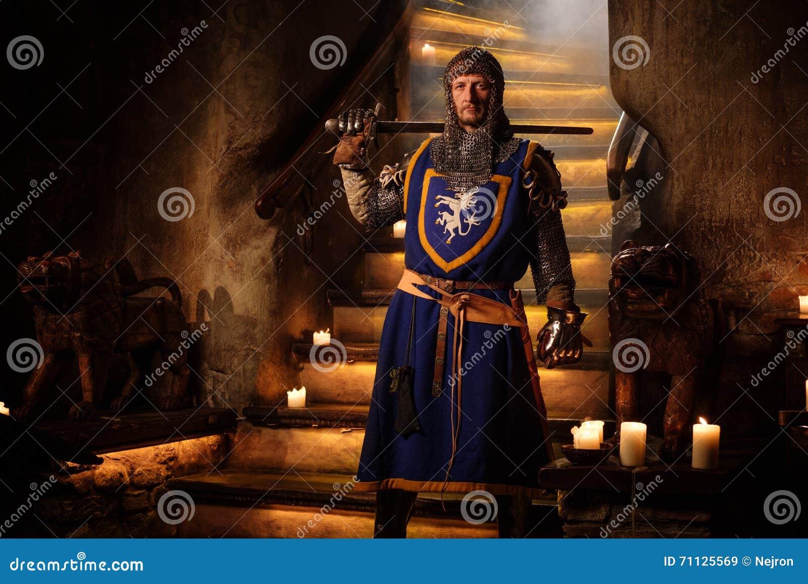 Cavaleiro medieval no protetor no interior do castelo