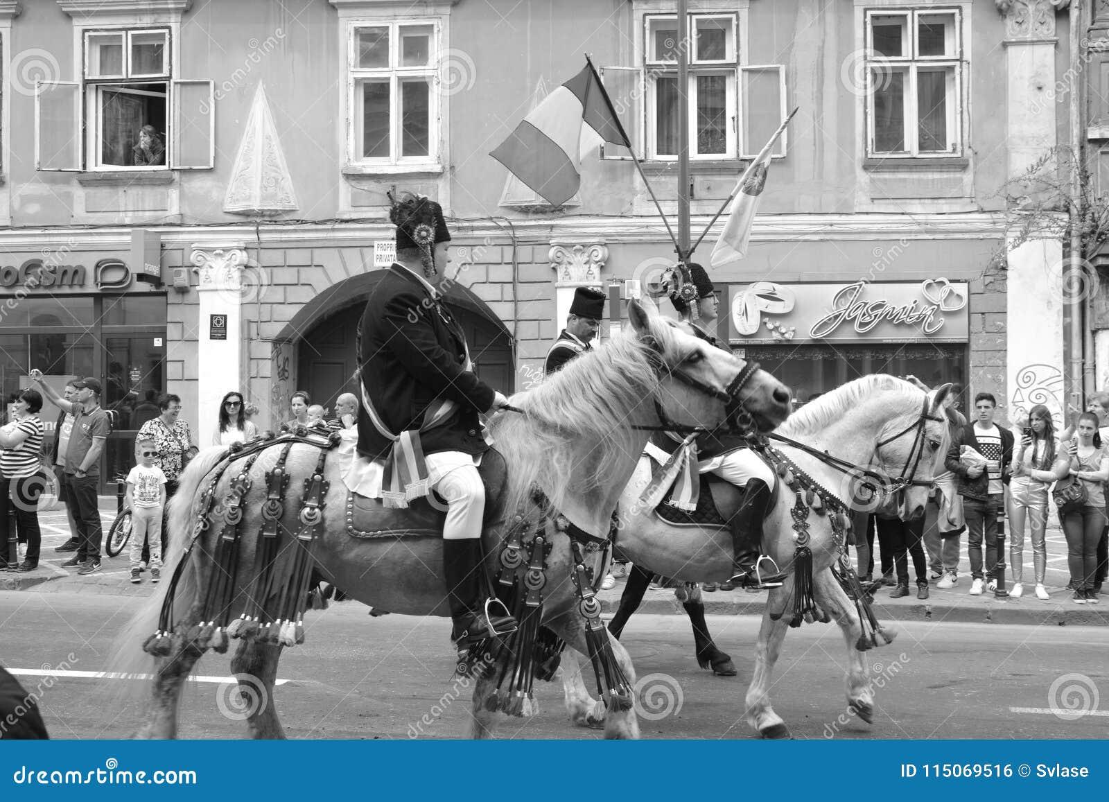 Cavaleiros com os cavalos durante Juni Parade, em Brasov, a Transilvânia