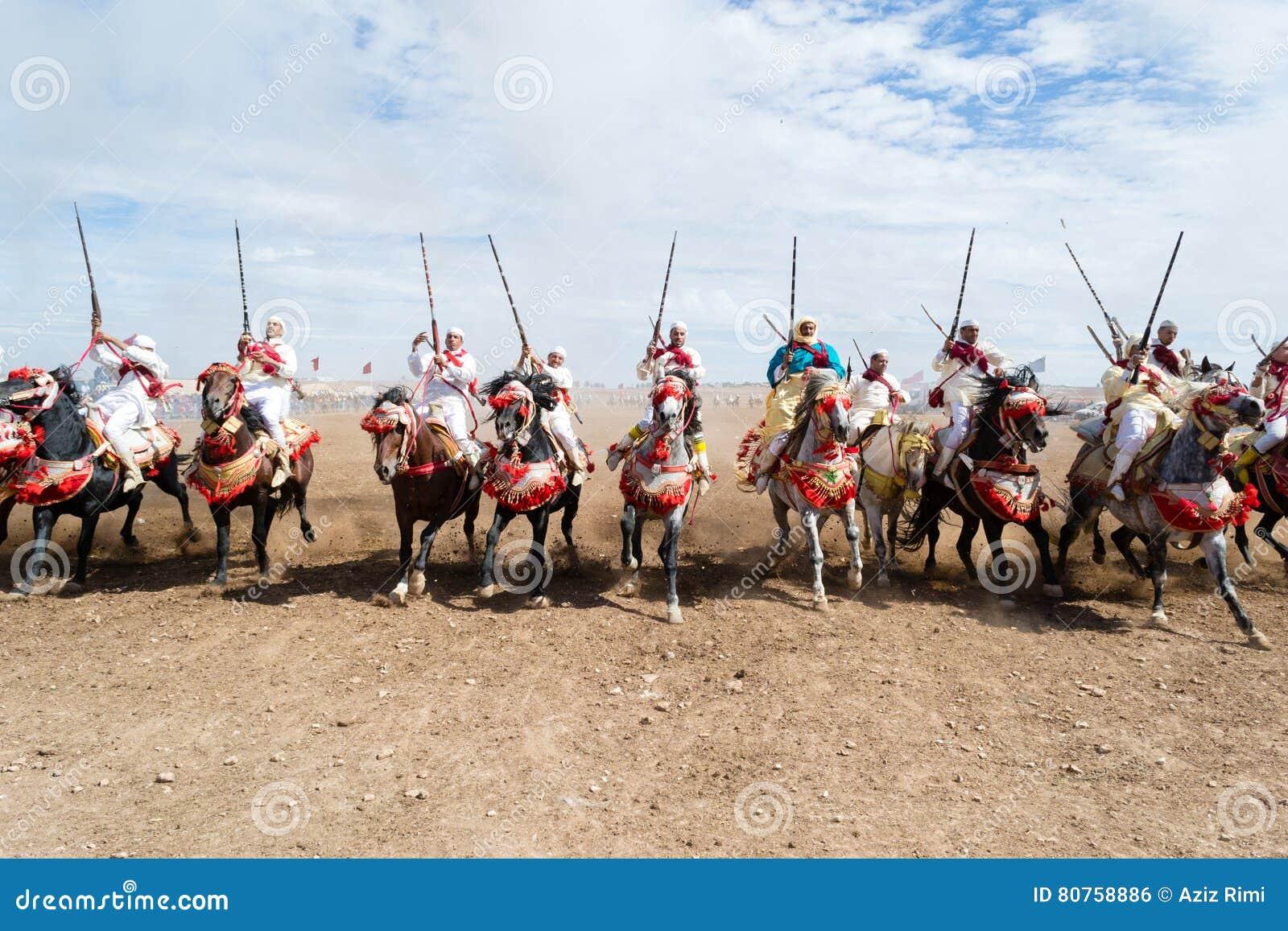 Cavaleiros marroquinos do cavalo no desempenho da fantasia