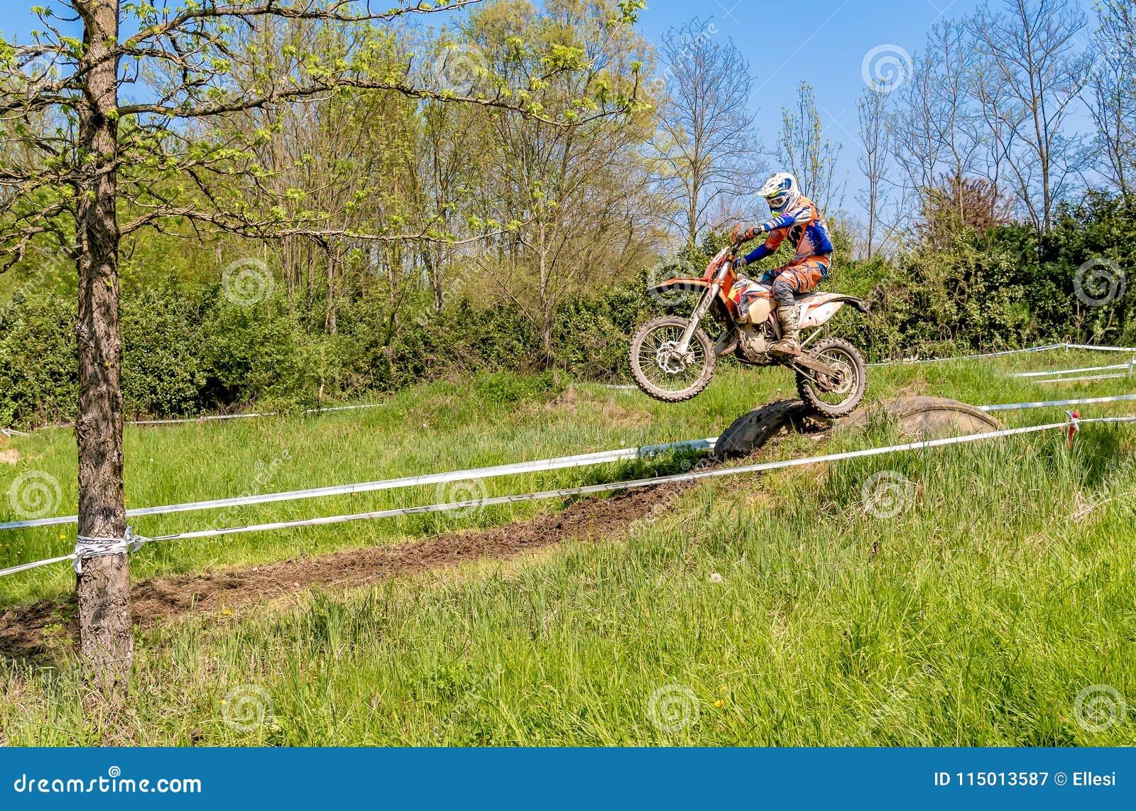 Cavalier de motocross en sautant du trempoline au-dessus de la route Concours généraux dans les motocross dans la province de Var