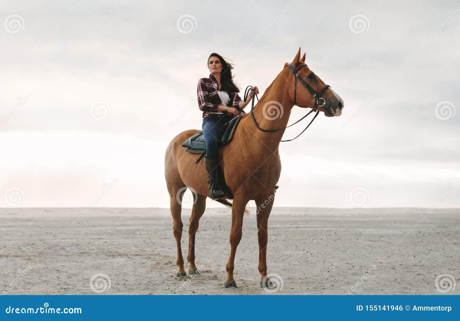 Cavalier féminin sur son cheval
