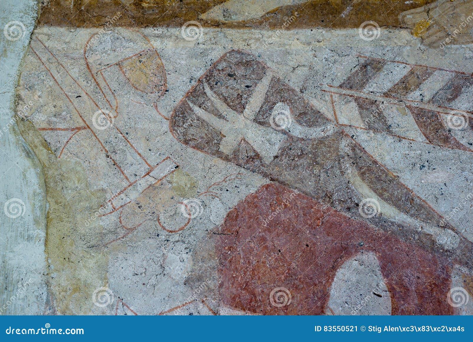 Cavaliere con il martello del ` s di Thor sullo schermo e su una spada normanna Affresco medioevale