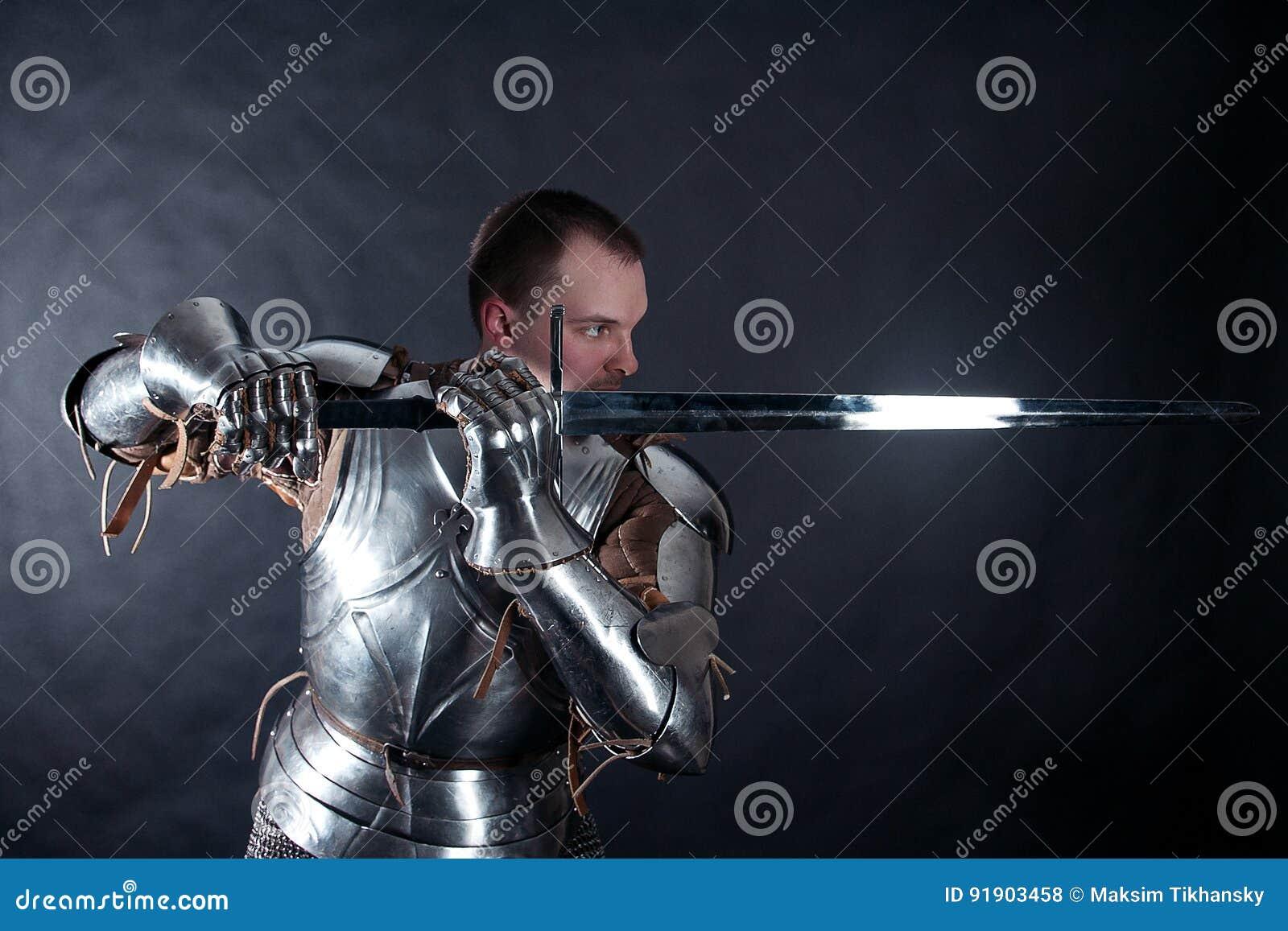Cavaliere su fondo scuro