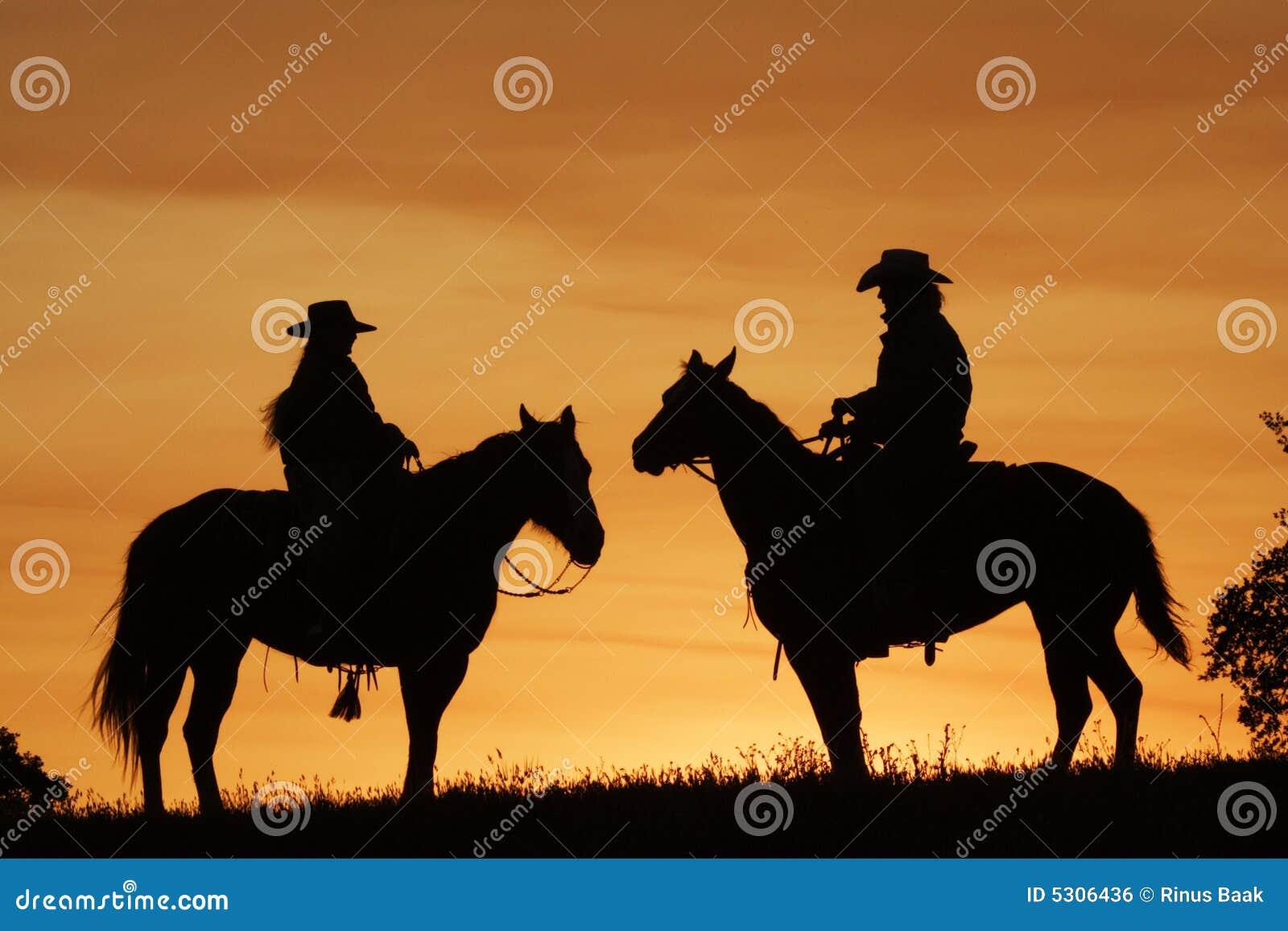 Download Cavalieri di tramonto fotografia stock. Immagine di occidentale - 5306436
