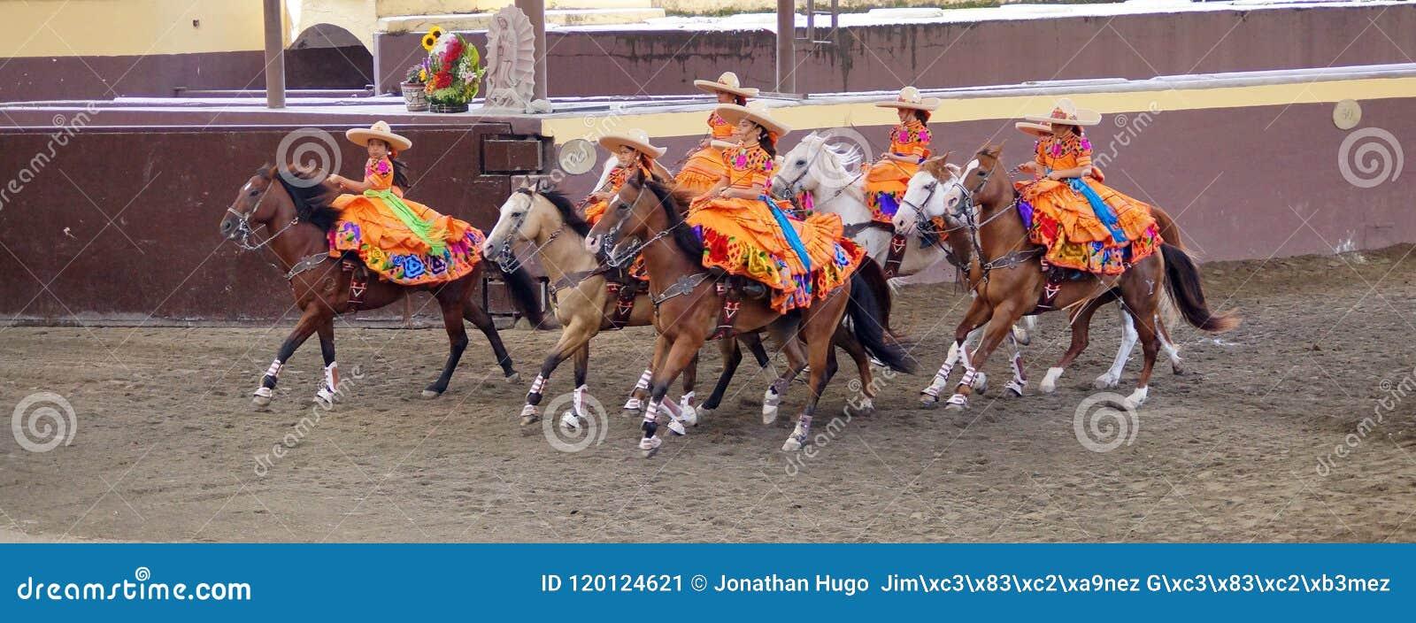 Cavaliers féminins dans des robes oranges