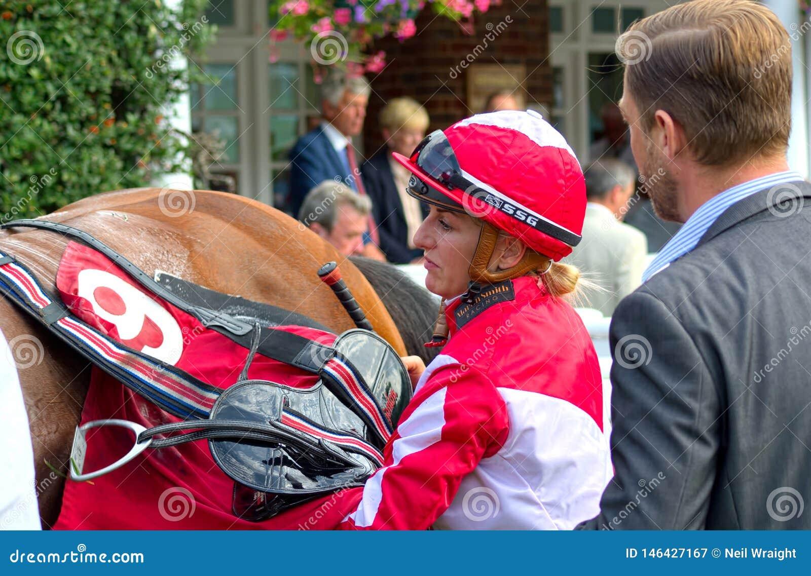 Cavallo Racing Puleggia tenditrice Georgia Dobie che disarciona cavallo