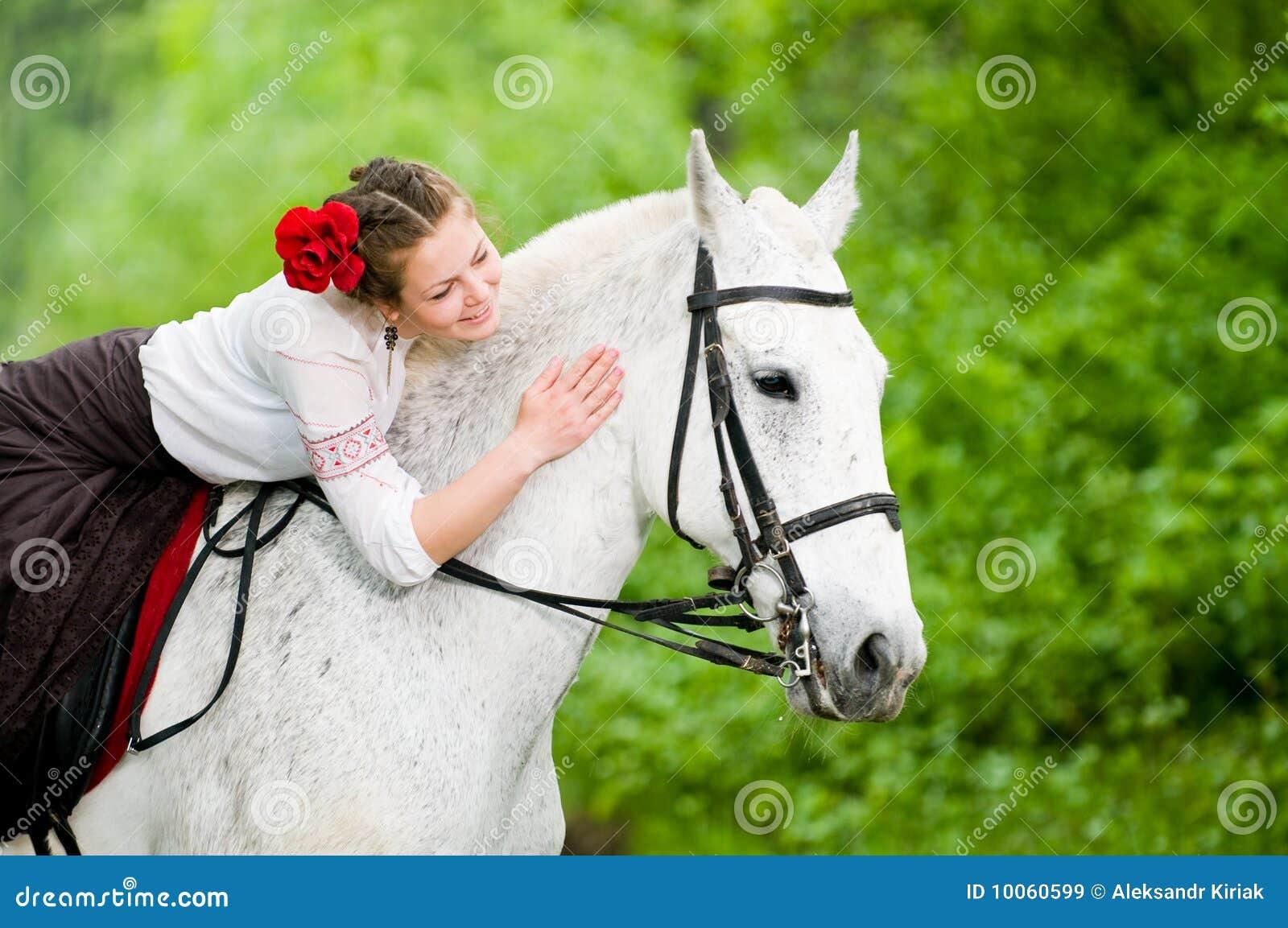 Cavalo de equitação bonito da menina