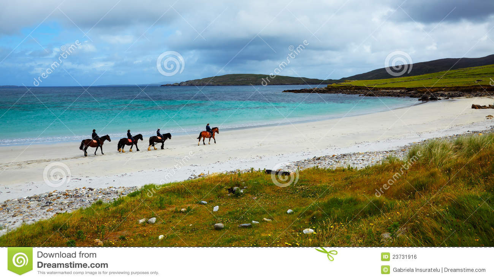 Cavalo e cavaleiros na praia