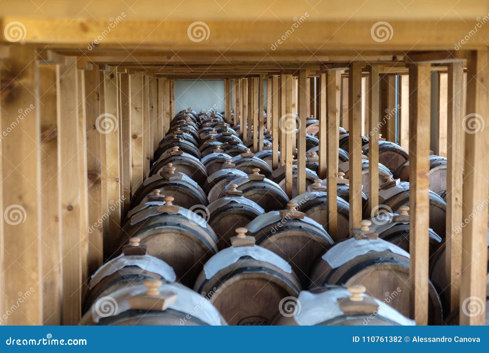 Cave avec des barils de vinaigre balsamique