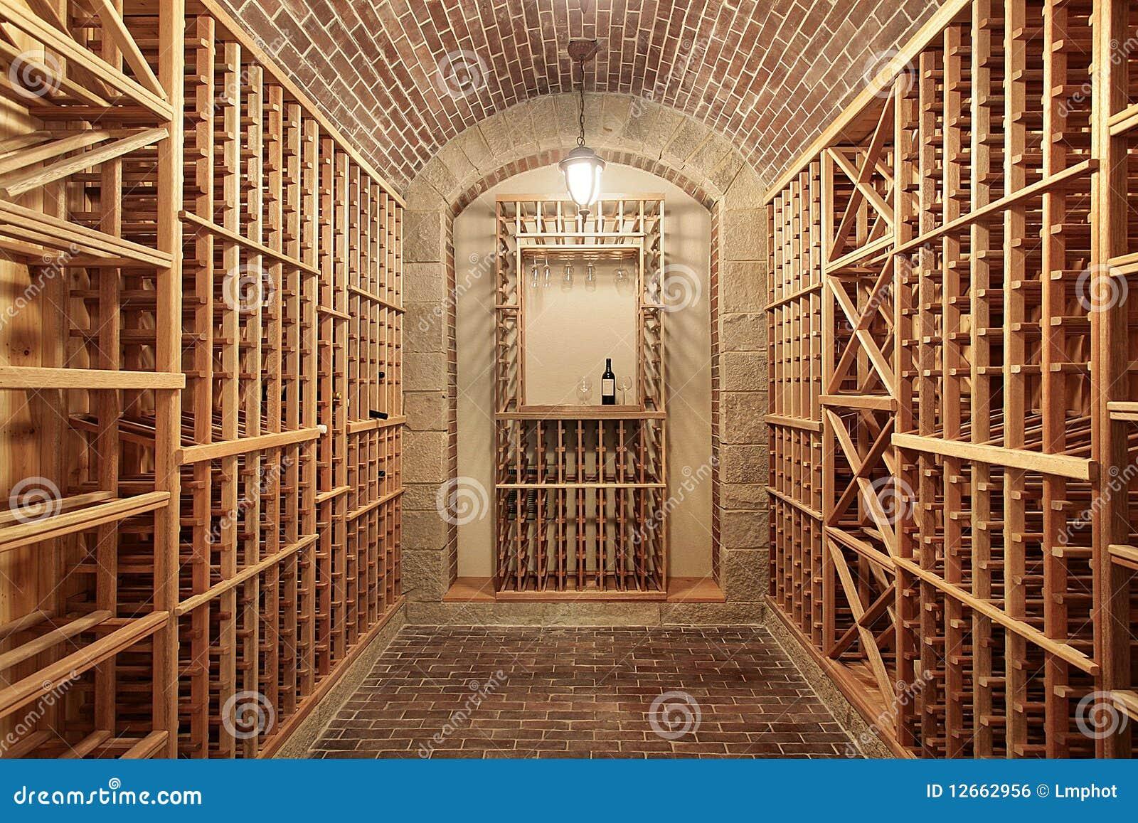 Cave en bois avec le plafond de brique