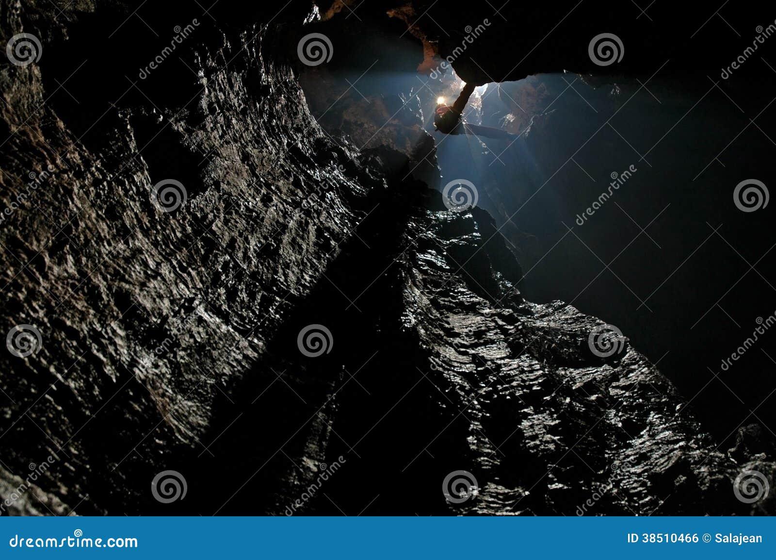 Caver abseiling w wyboju