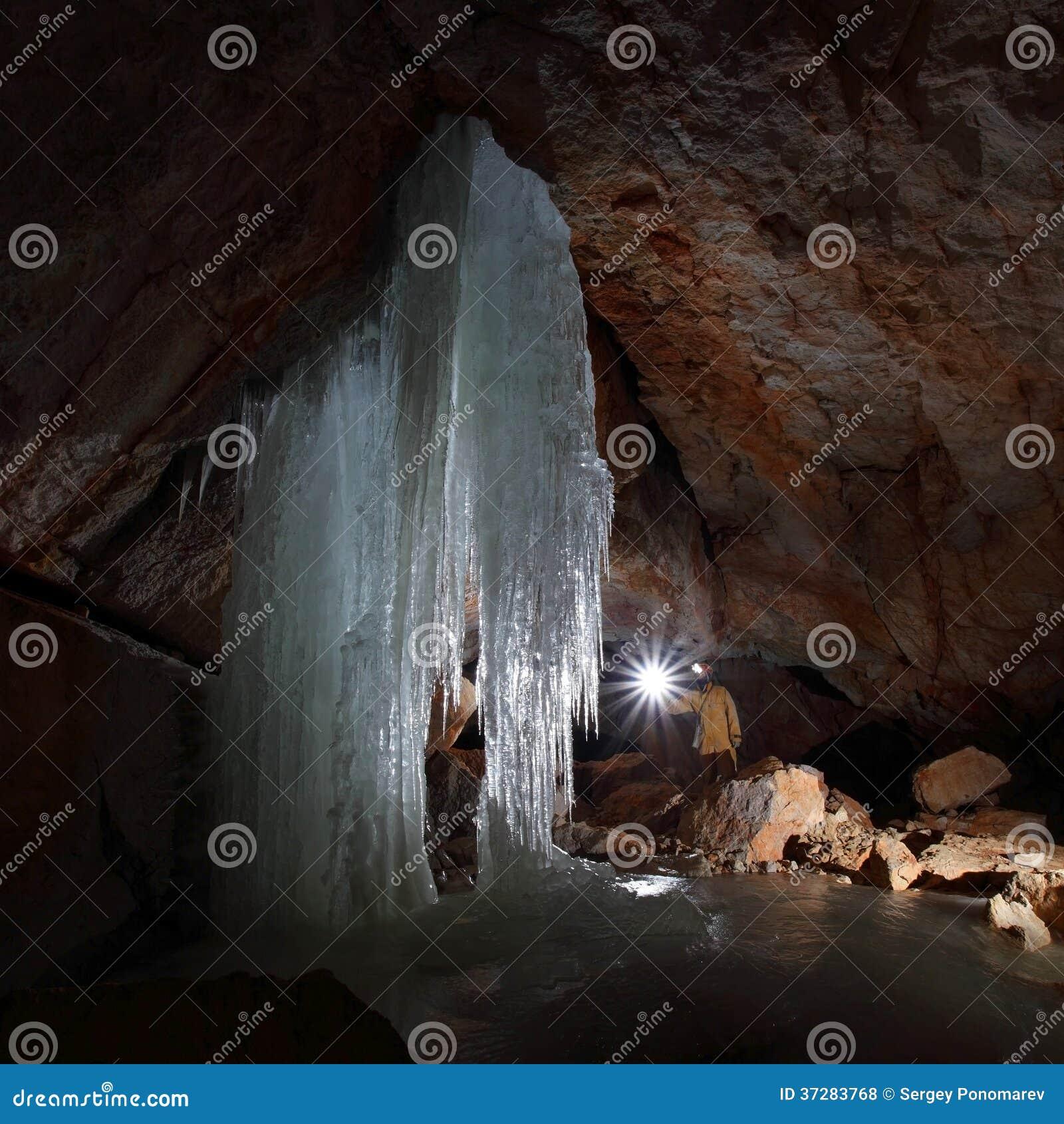 Caver in caverna del mammut di Dachstein.