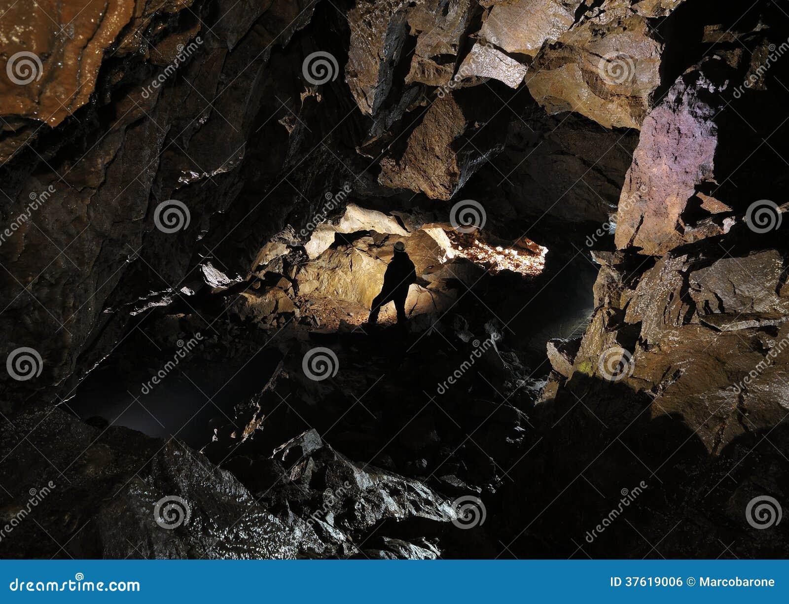 Caver in una caverna