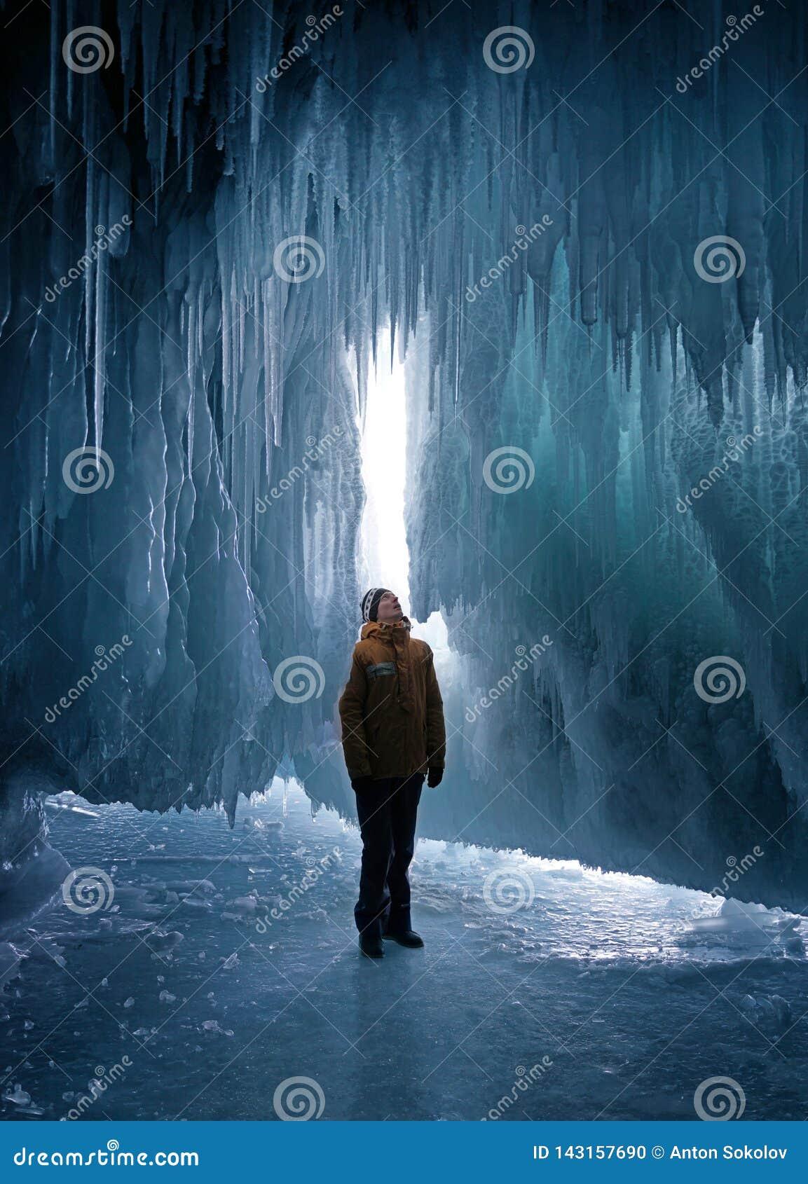 Caverna de gelo de exploração do homem