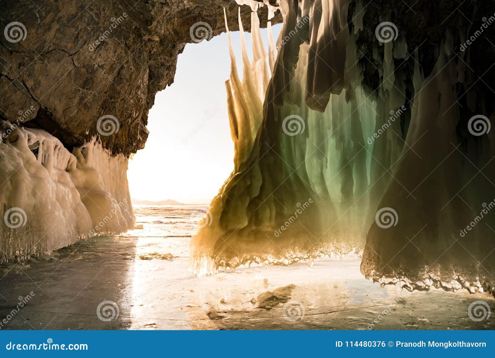 Caverna de gelo na estação do inverno do lago Baikal