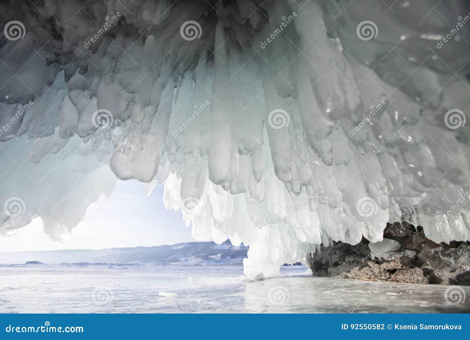 Caverna di ghiaccio, isola di Oltrek Paesaggio di inverno