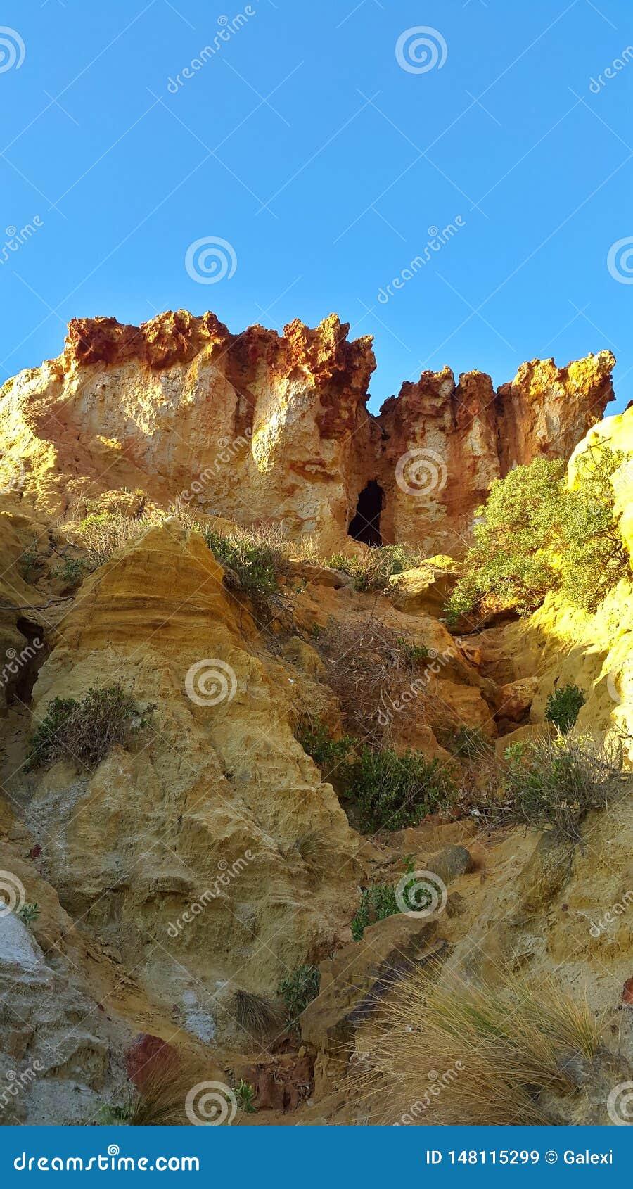 Caverna sobre penhascos