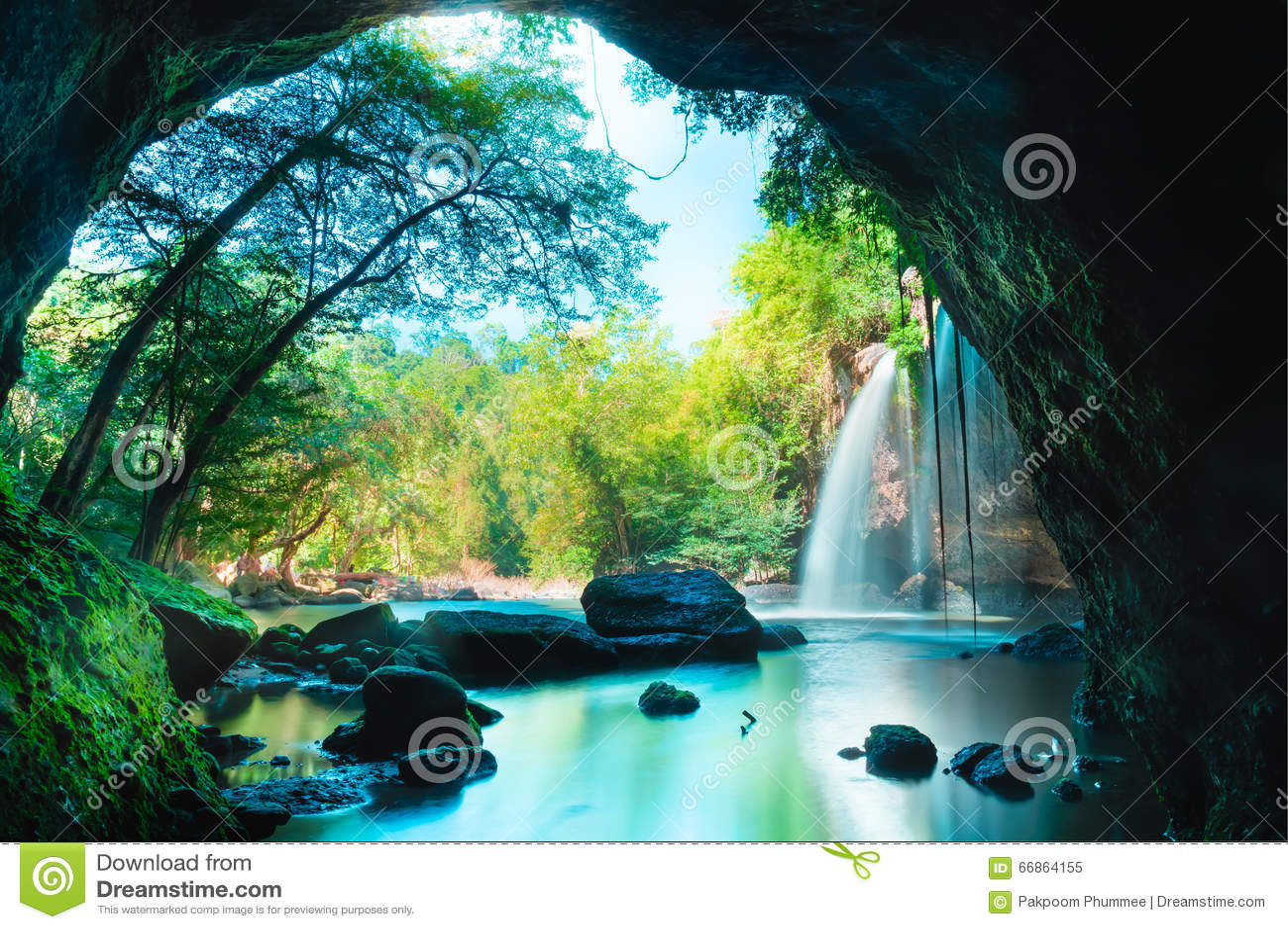 Caverna surpreendente na floresta profunda com fundo bonito das cachoeiras na cachoeira de Haew Suwat no parque nacional de Khao