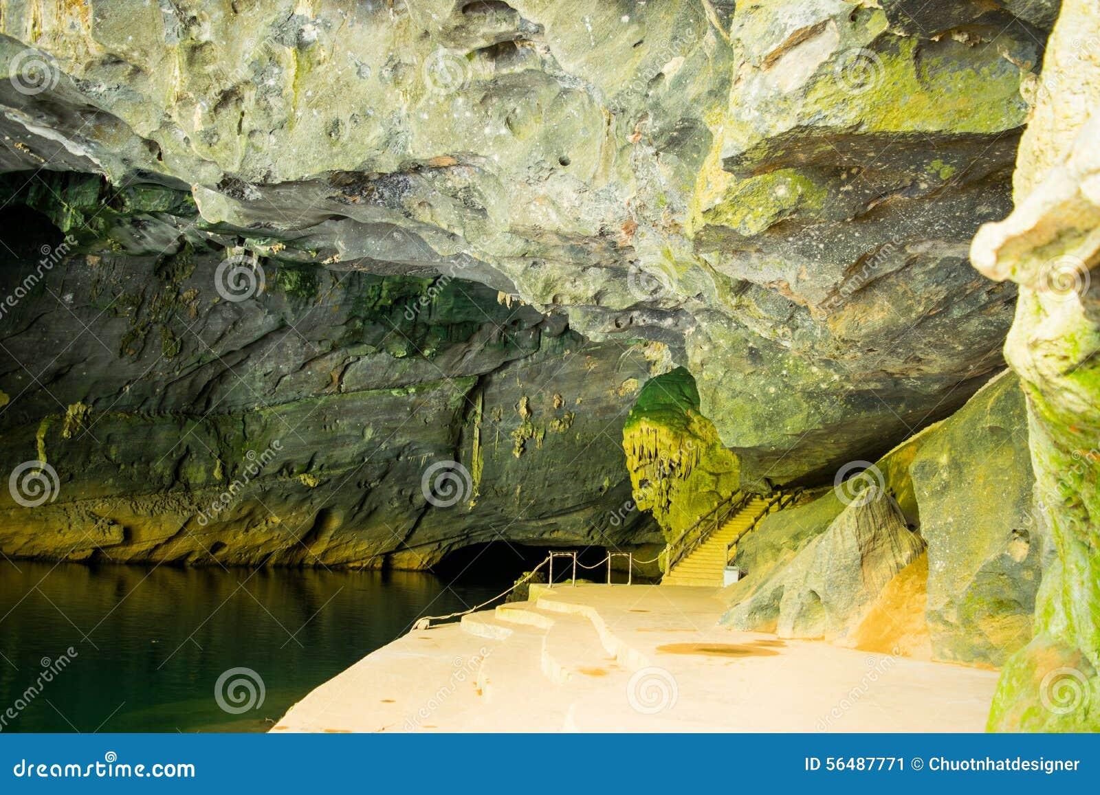 Caverne à la région de coup de Phong Nha KE (l UNESCO) au Vietnam