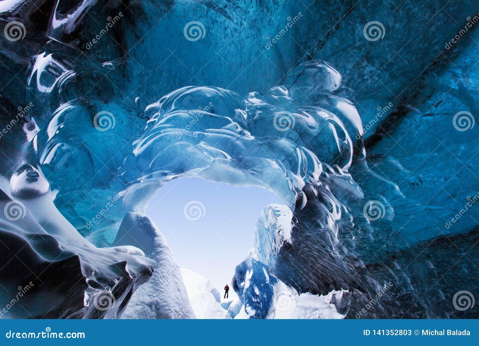 Caverne de glace stupéfiante Caverne de glace en cristal bleue et une rivière souterraine sous le glacier Nature stupéfiante de S
