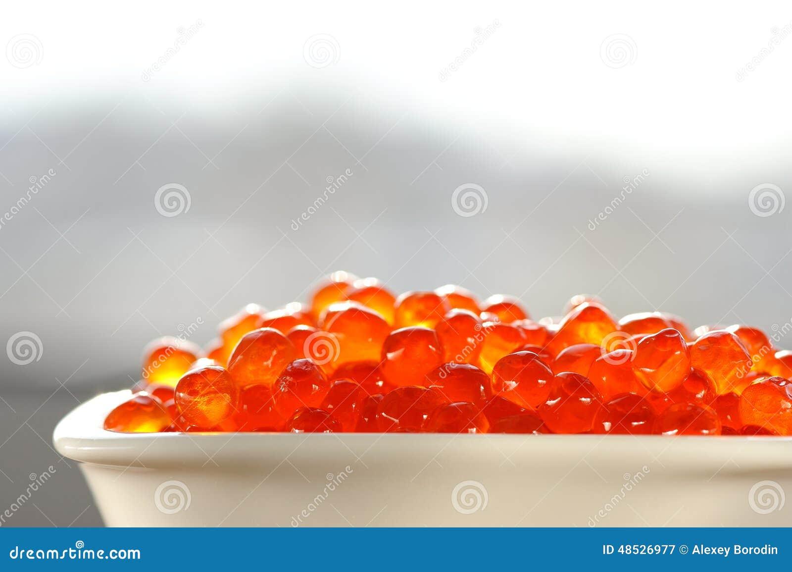 Caviar rouge dans la cuvette blanche