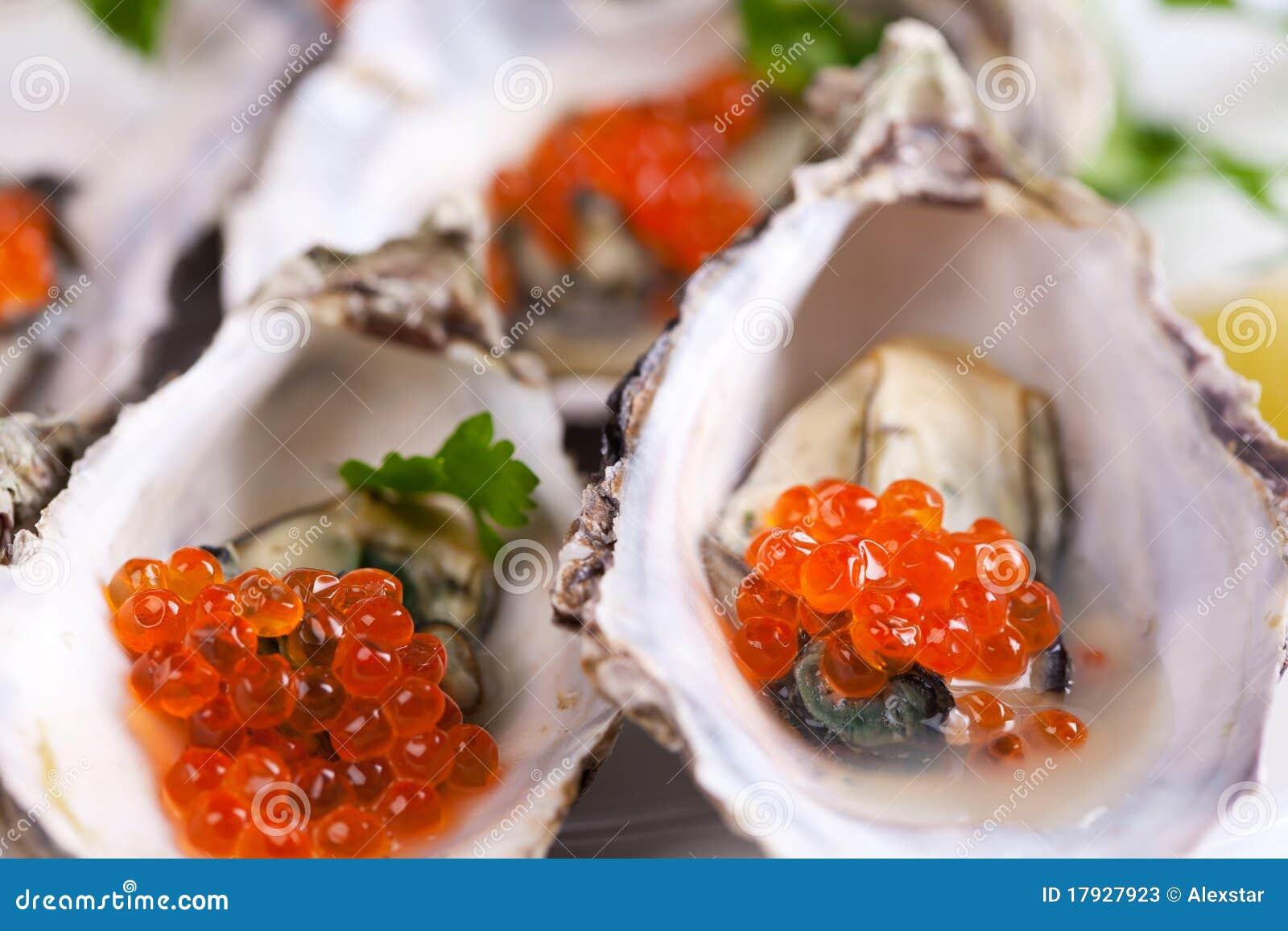 Caviar vermelho em escudos de ostra
