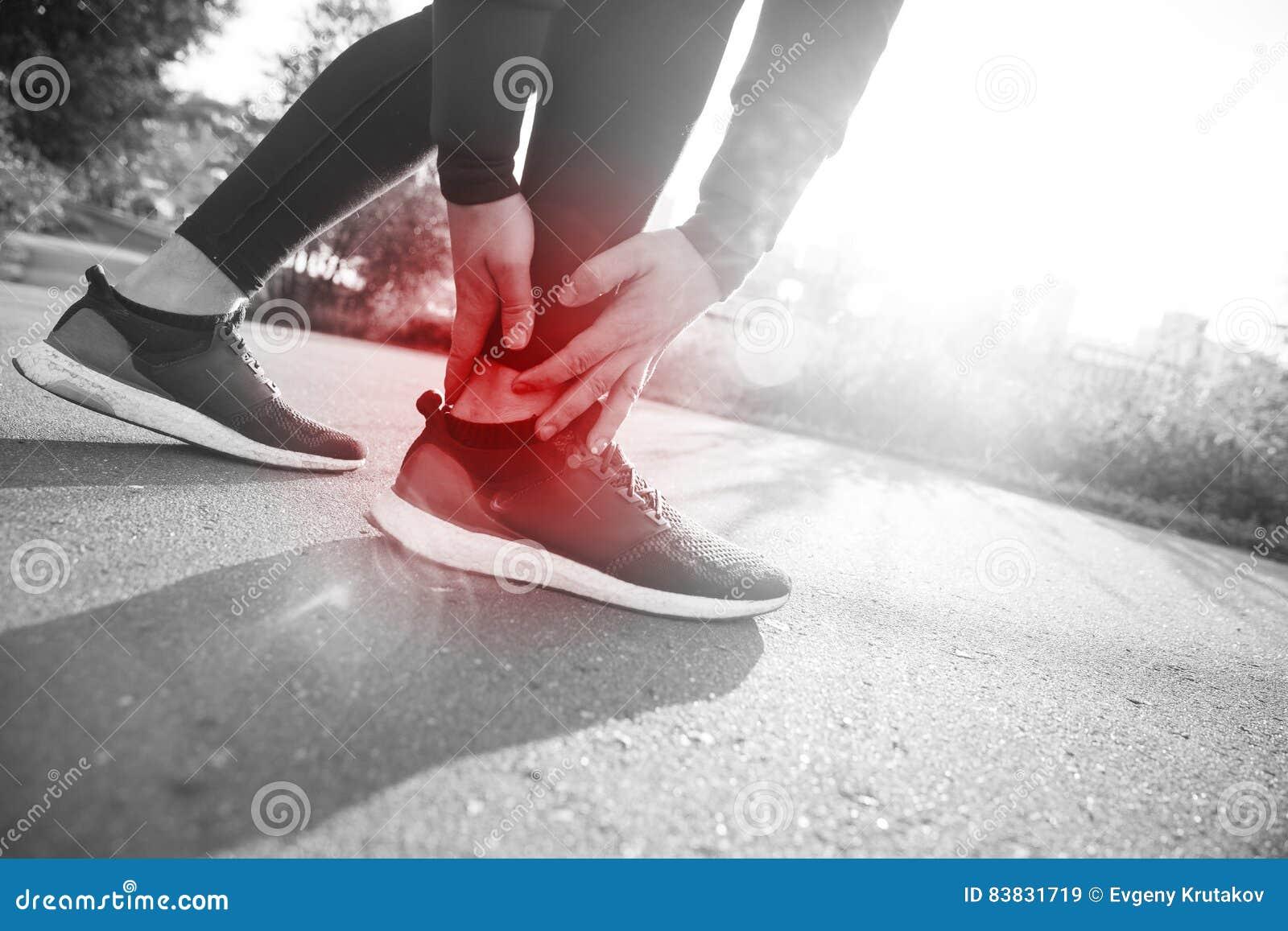 Caviglia torta rotta - ferita funzionante di sport Piede commovente del corridore atletico dell uomo nel dolore dovuto la cavigli