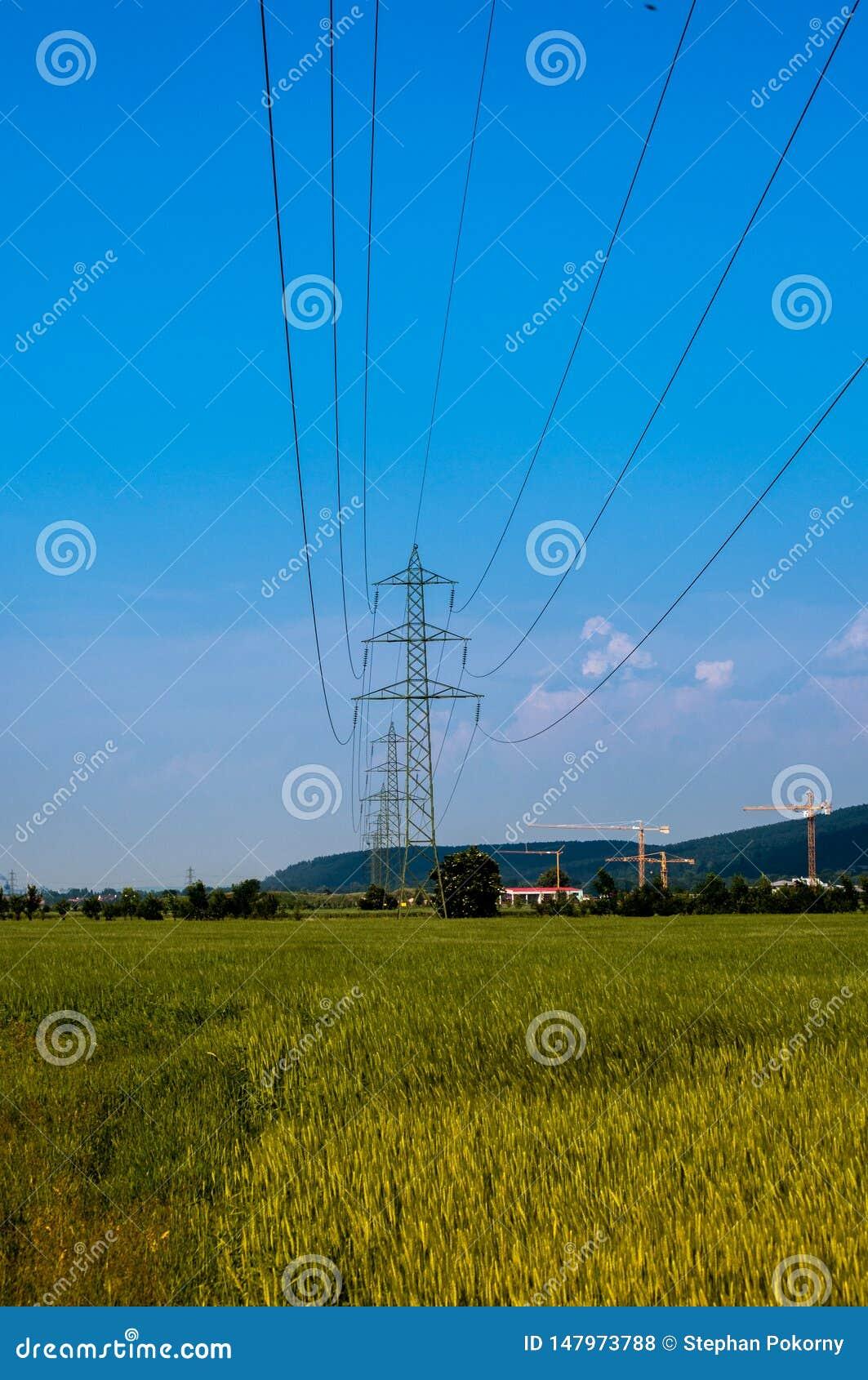 Cavo di elettricit? di potere sopra un campo
