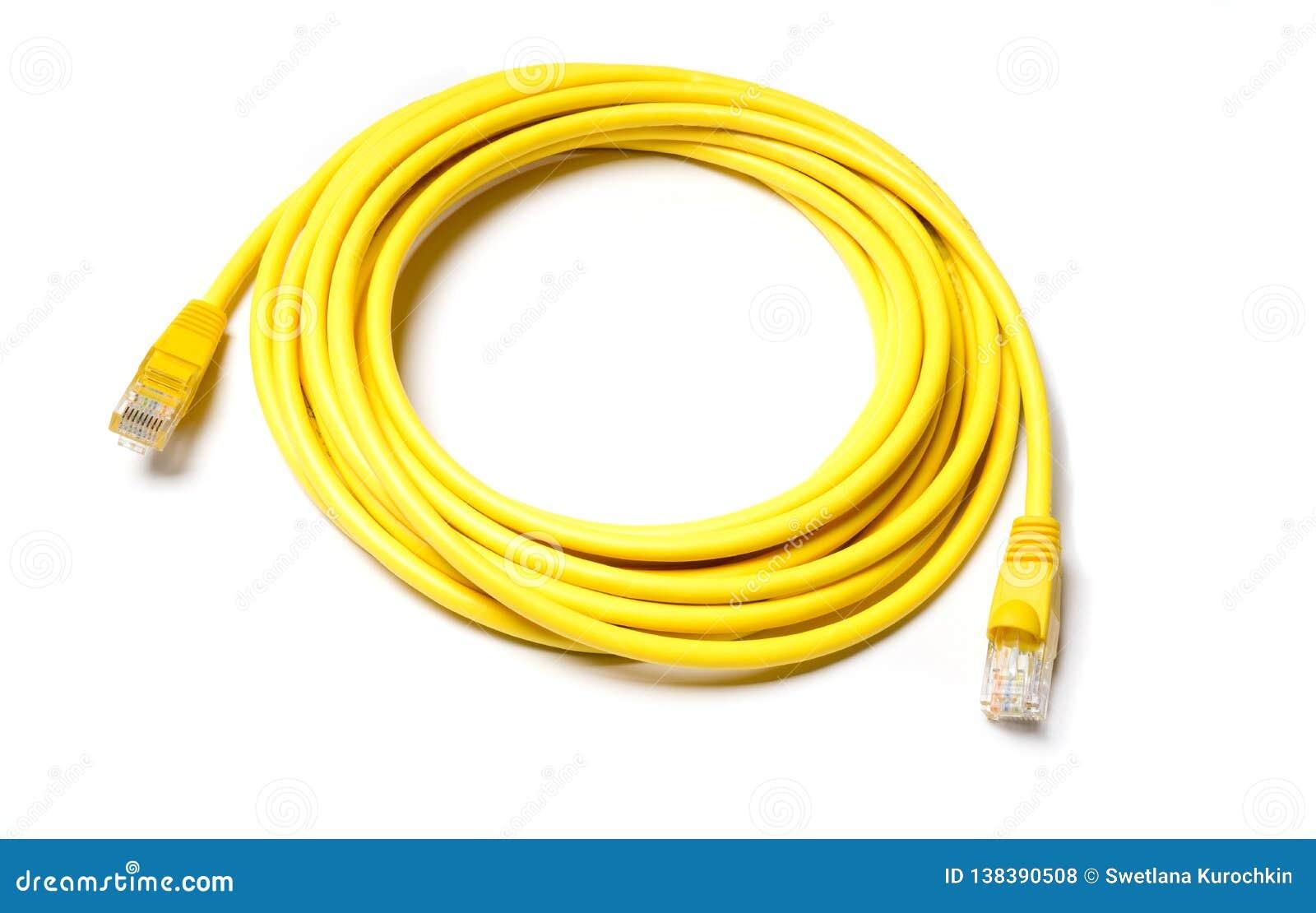 Cavo giallo di Internet del cavo di toppa su fondo bianco