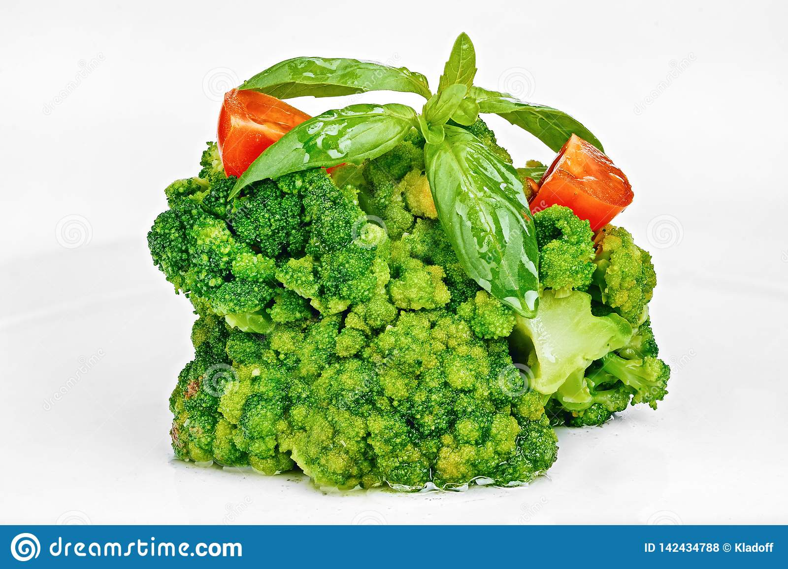 Cavolo dei broccoli cucinato con i pomodori e le foglie del basilico