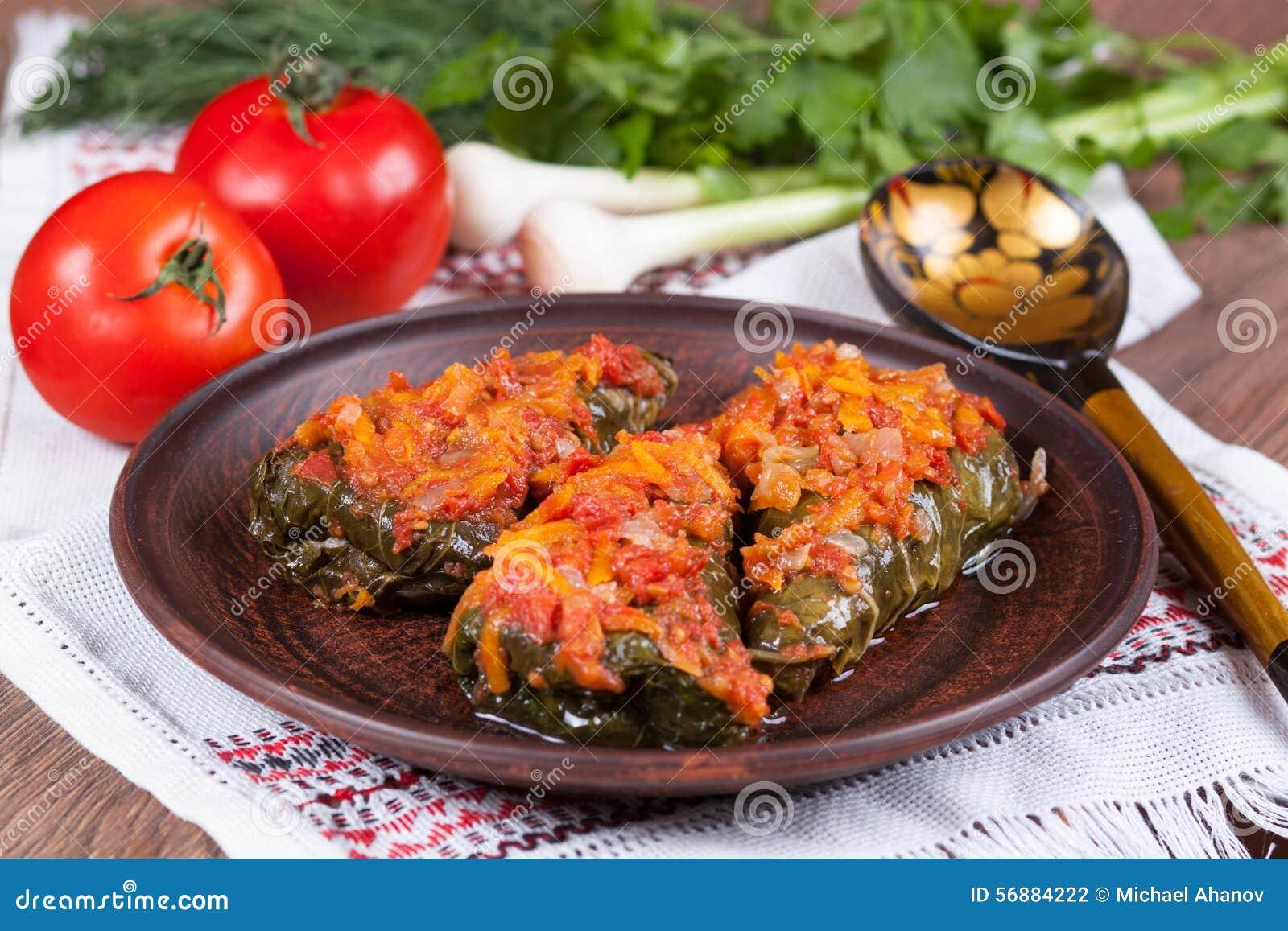 Cavolo farcito con salsa al pomodoro su un piatto