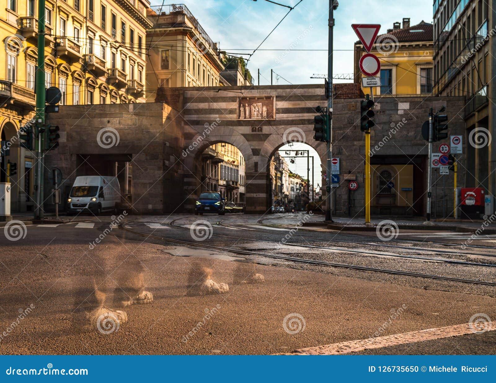 Cavour della piazza di Milano con la passeggiata della gente