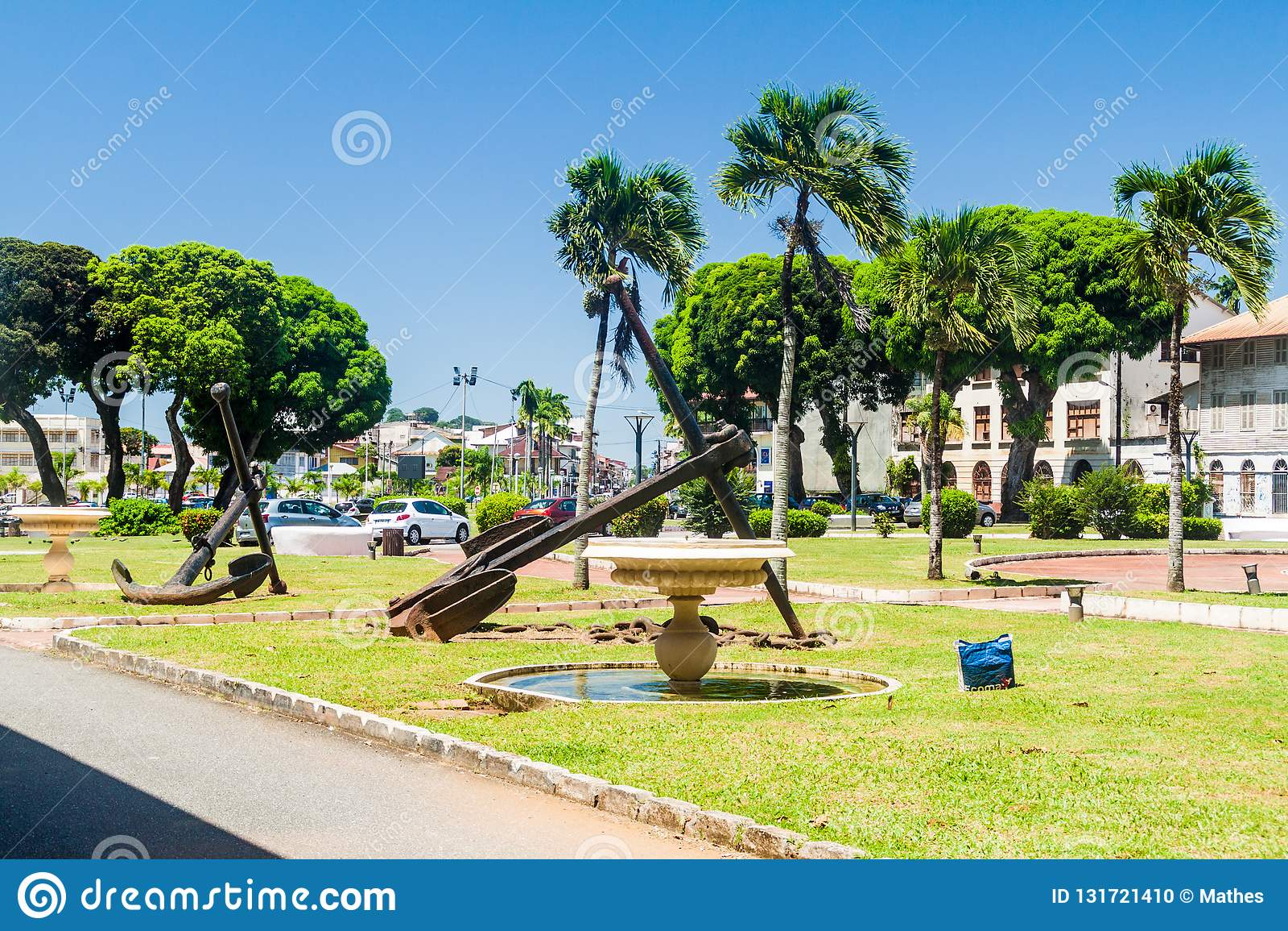 CAYENNE, ΓΑΛΛΙΚΗ ΓΟΥΙΑΝΑ - 3 ΑΥΓΟΎΣΤΟΥ 2015: Οι παλαιές άγκυρες στη θέση Leopold Heder τακτοποιούν στο Cayenne, κεφάλαιο γαλλικού