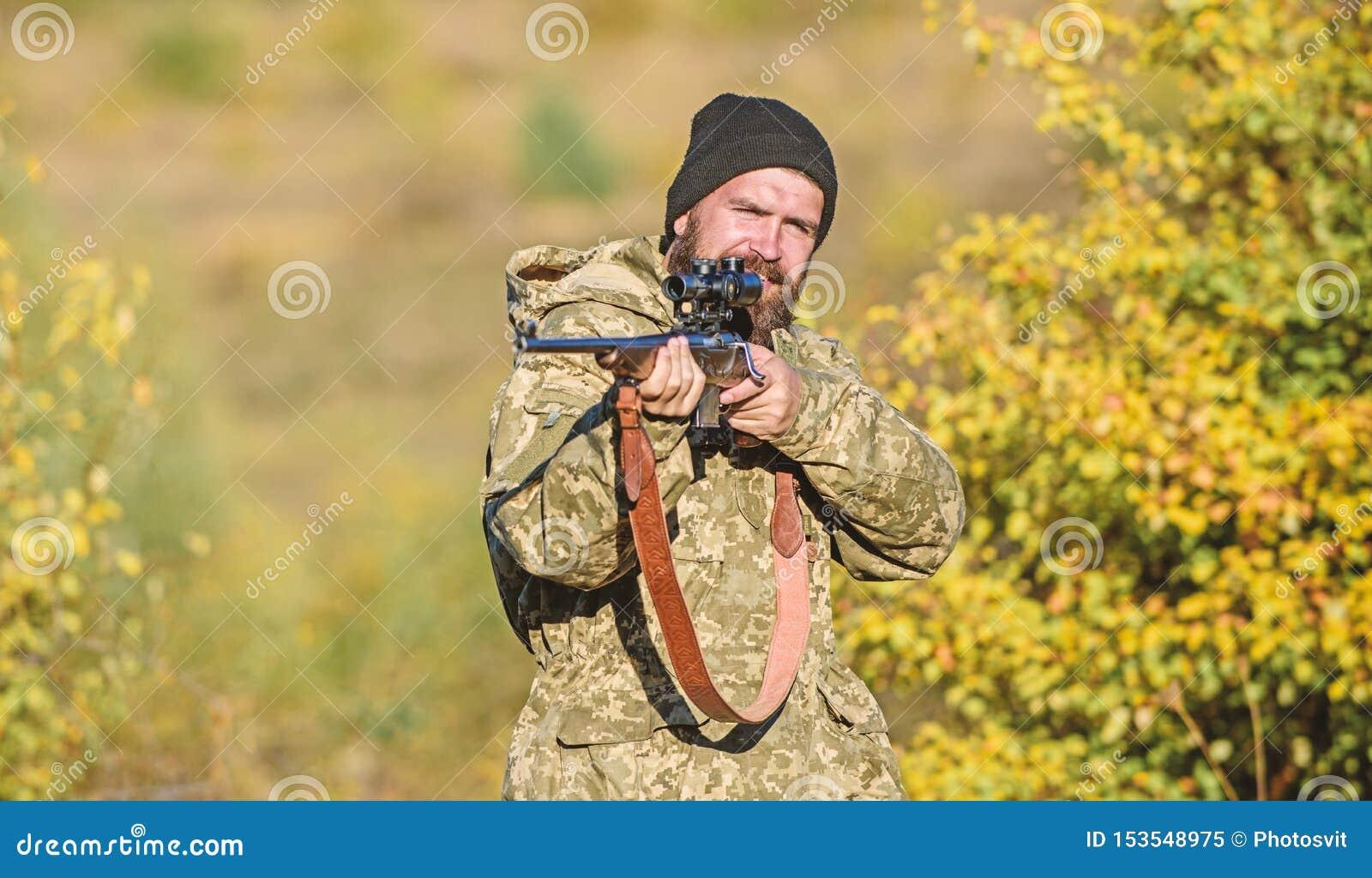 Cazador barbudo pasar la caza del ocio Foco y concentraci?n de cazador experimentado B?squeda de concepto masculino de la afici?n