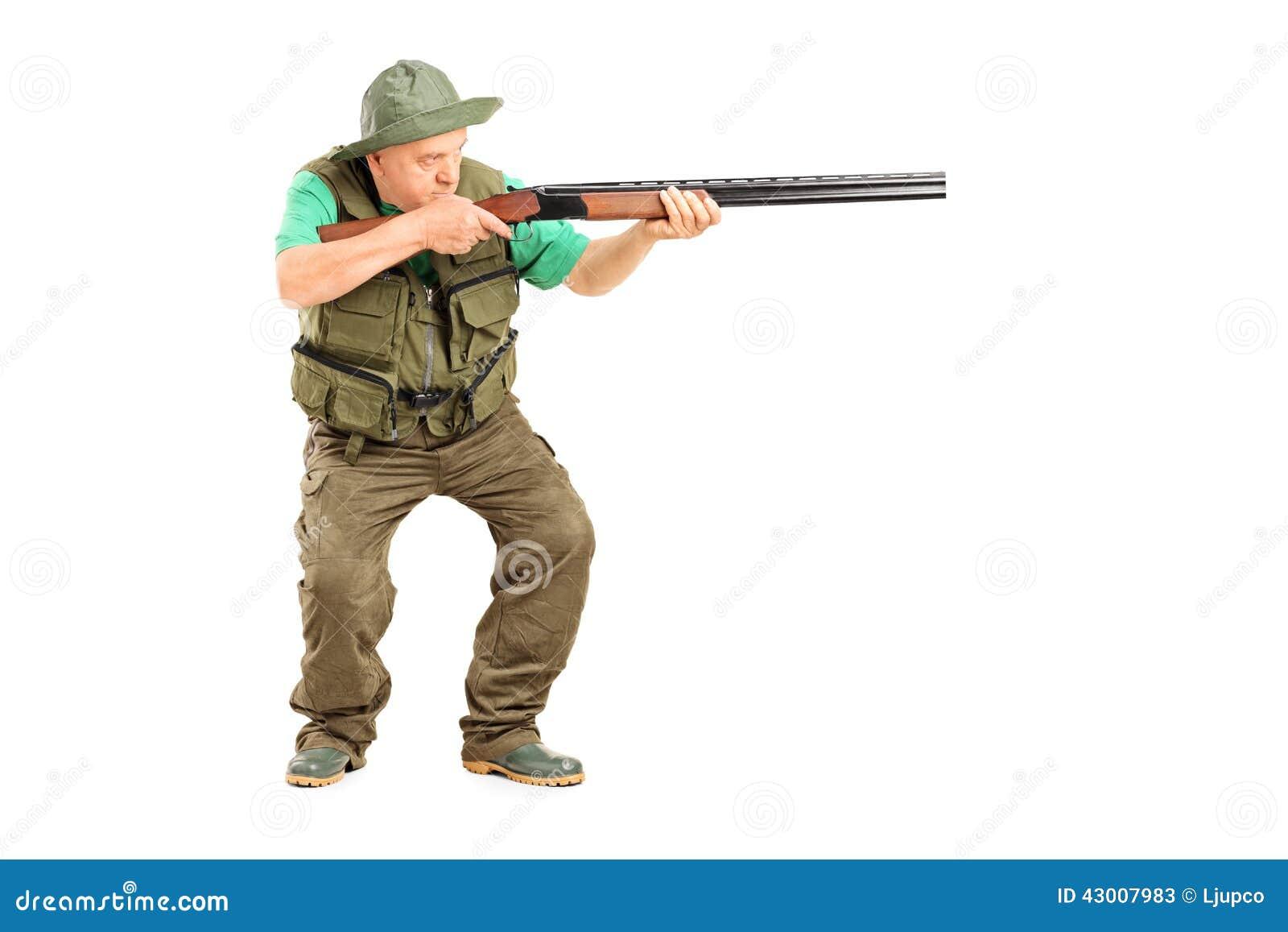 Cazador maduro que tiene como objetivo algo con un arma