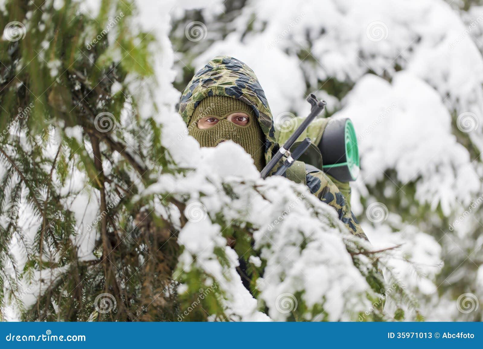 Cazador ocultado en la selva virgen