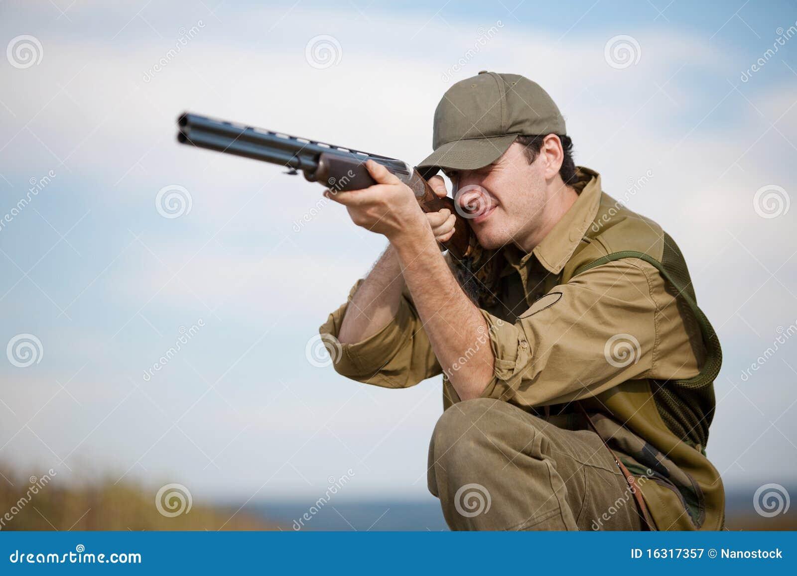 Cazador que apunta la caza