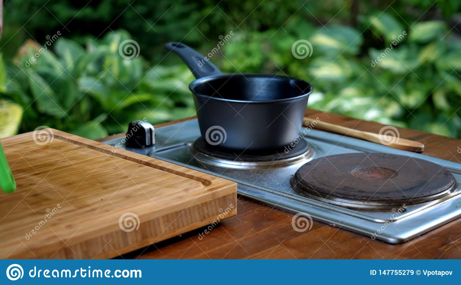 Cazo en estufa en cocina moderna