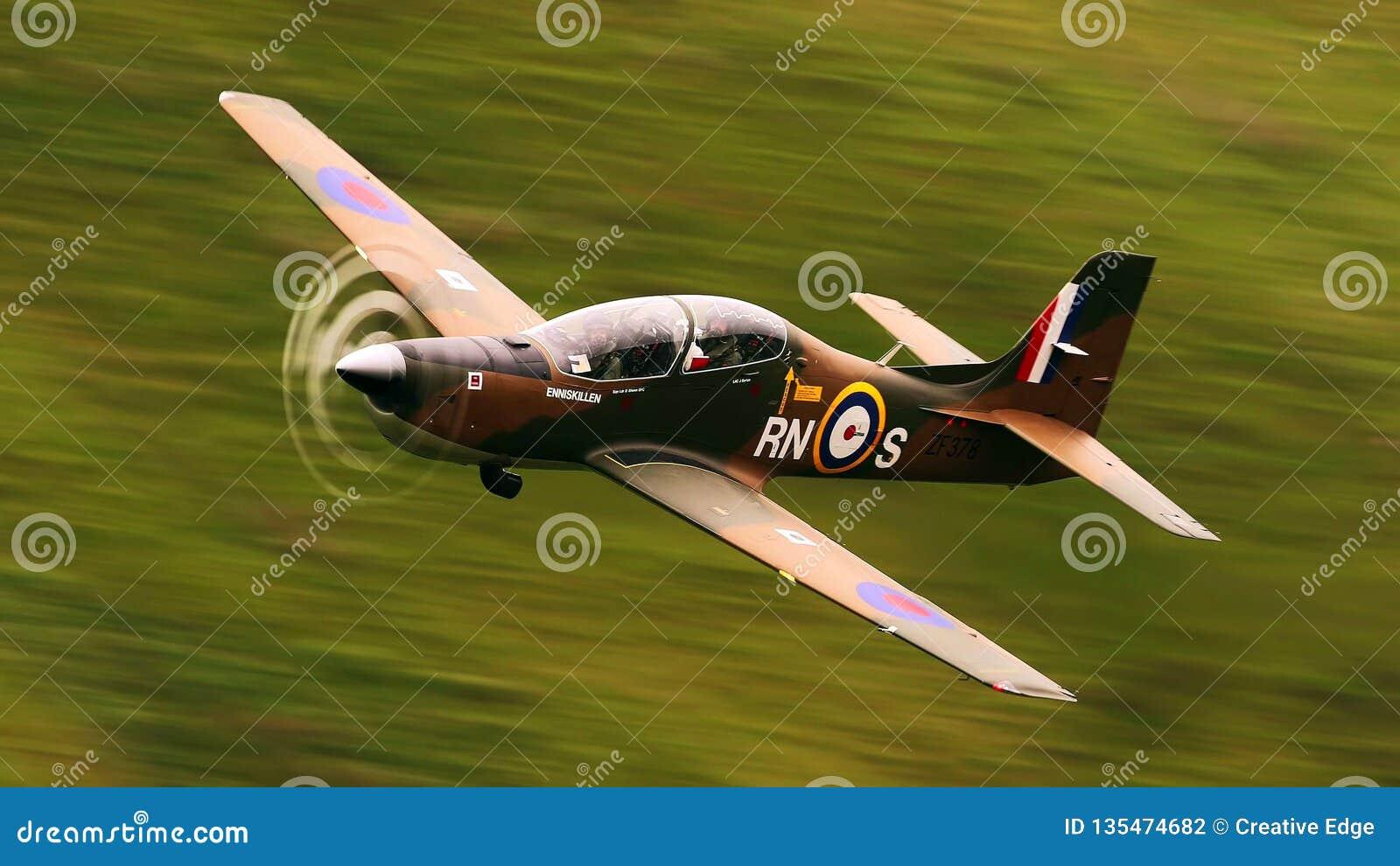 CC$RAF cholernik wykonuje wysoka energia pokazu nad lotniskiem