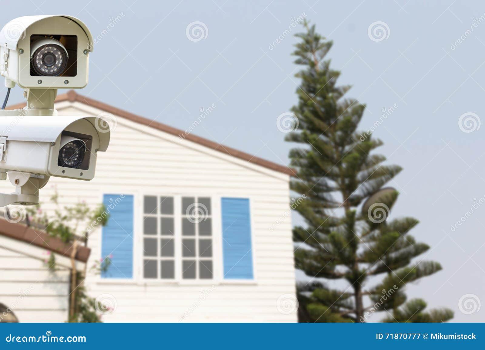 CCTV运行在后院屋顶房子的安全监控相机