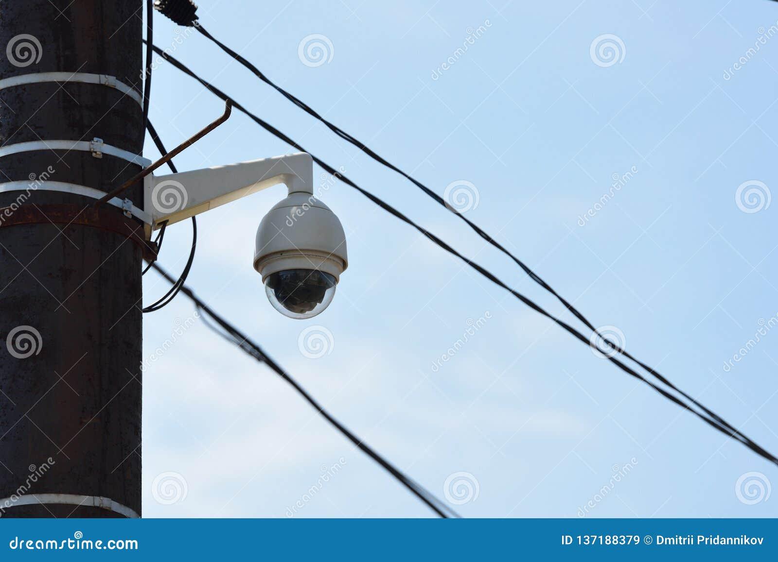 CCTV kamera na filarze w mieście przeciw niebu