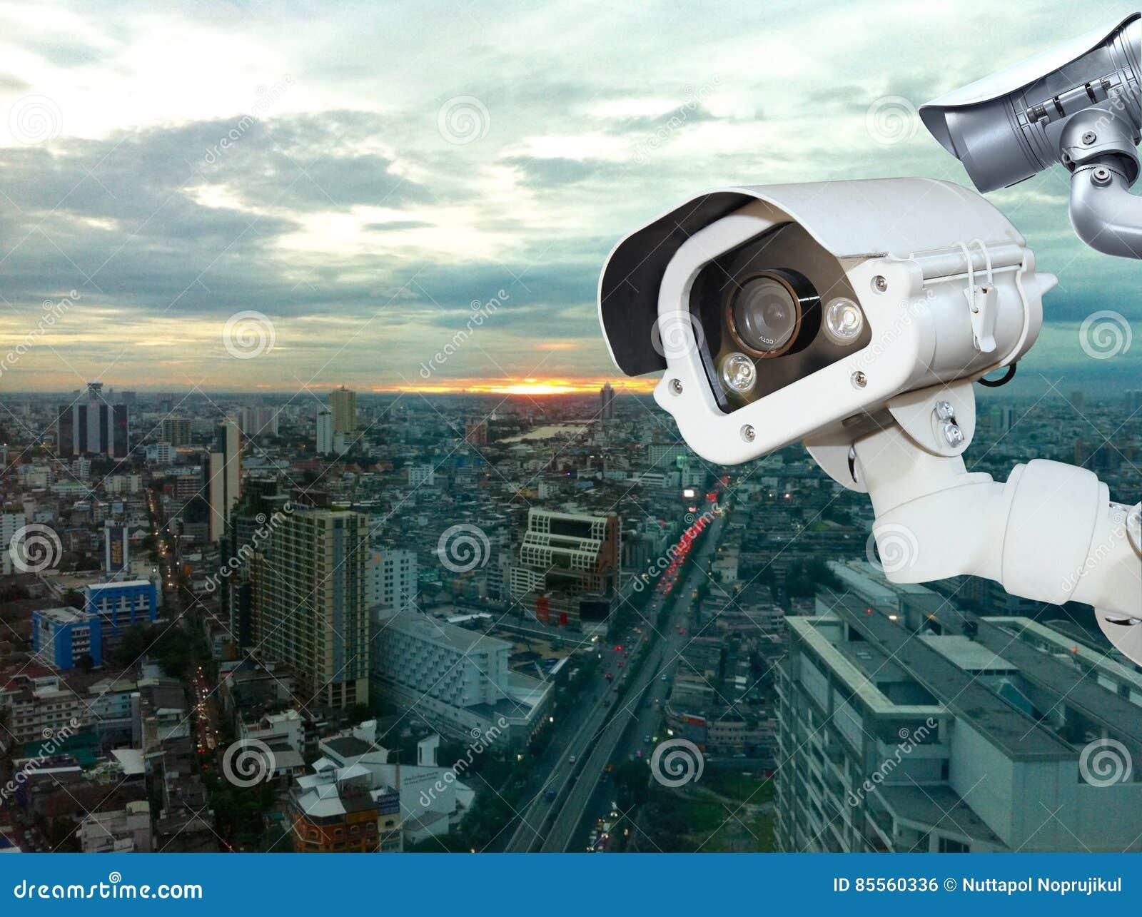 CCTV mit verwischender Stadt im Hintergrund