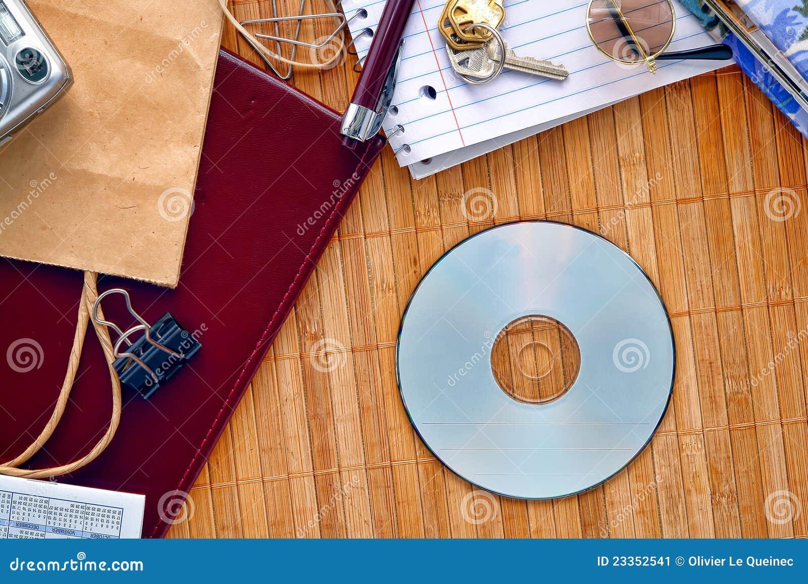 CD oder DVD Platte auf unordentlichem Schreibtisch mit unbelegtem Exemplar-Platz